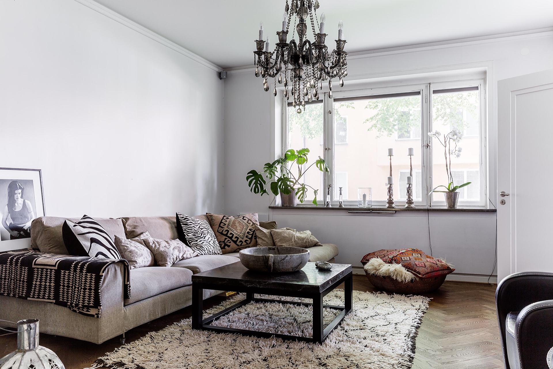 гостиная ковер окно подоконник вентиляция диван подушки журнальный столик