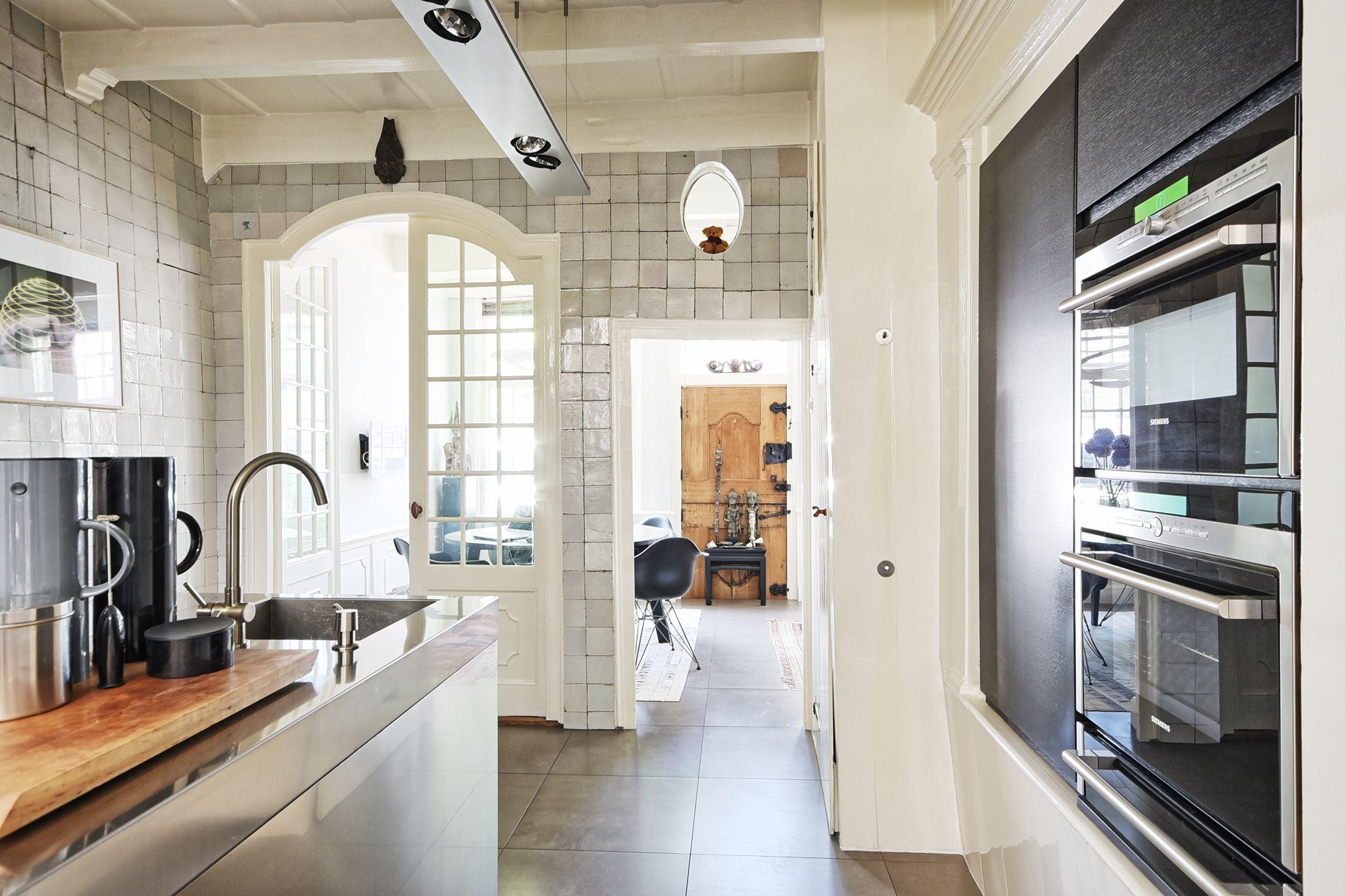 кухня потолок балки кухонный остров