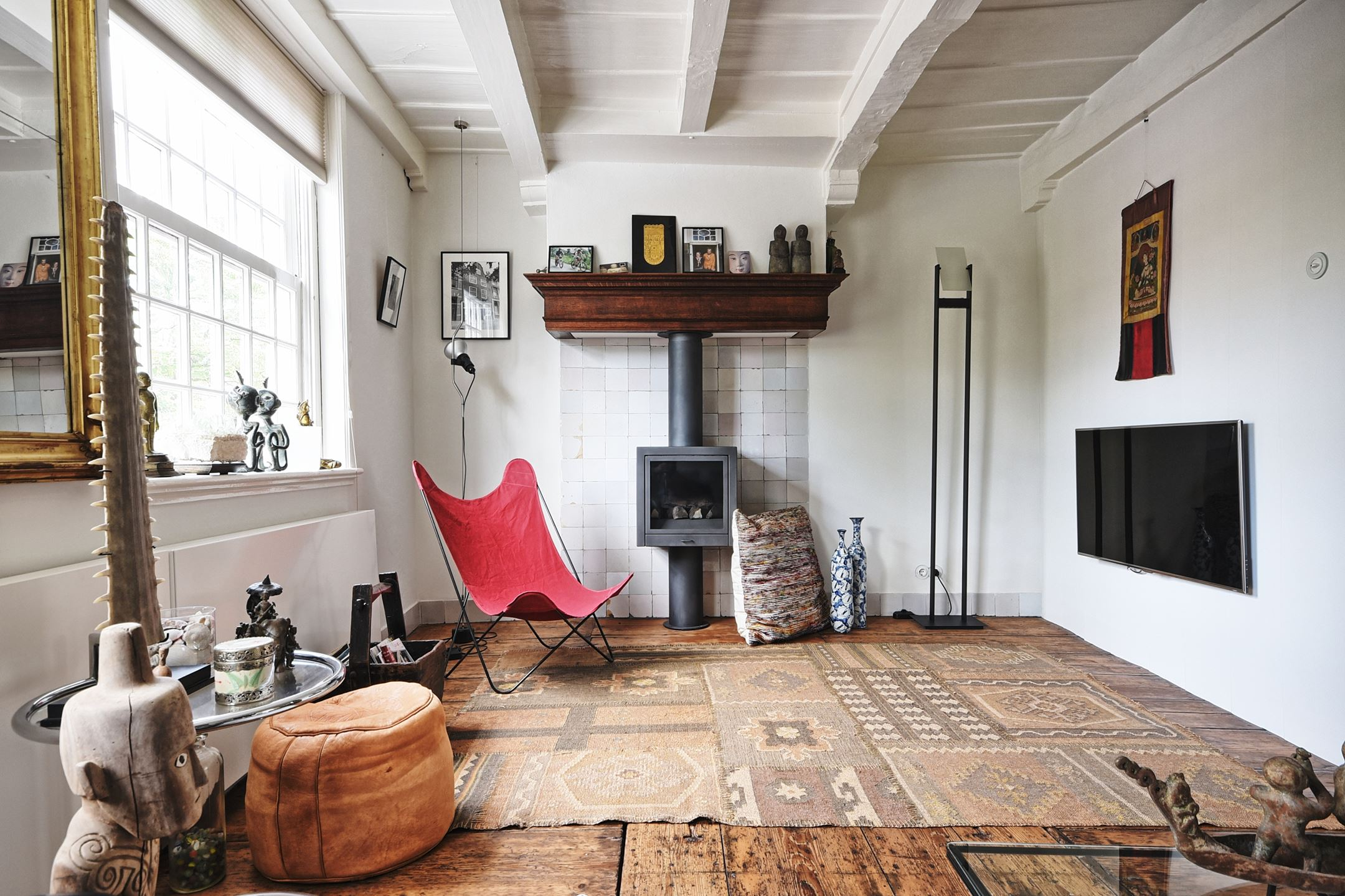 потолок балки камин деревянный пол ковер килим телевизор