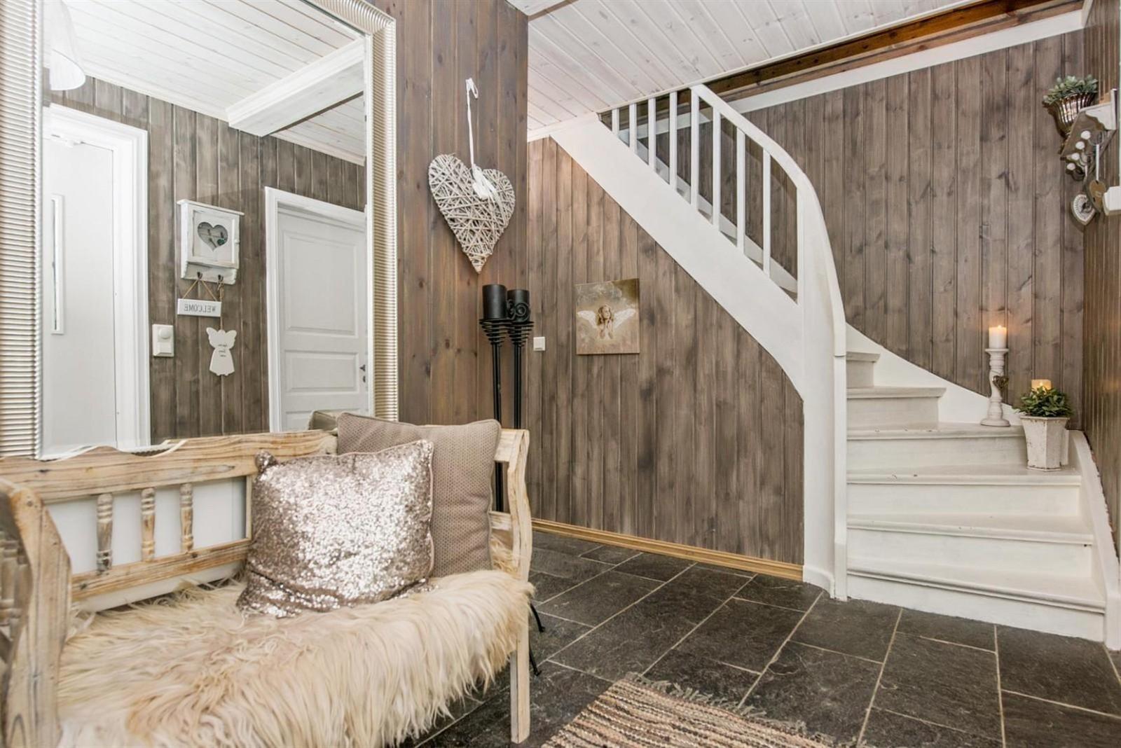 прихожая коридор скамейка зеркало белая лестница