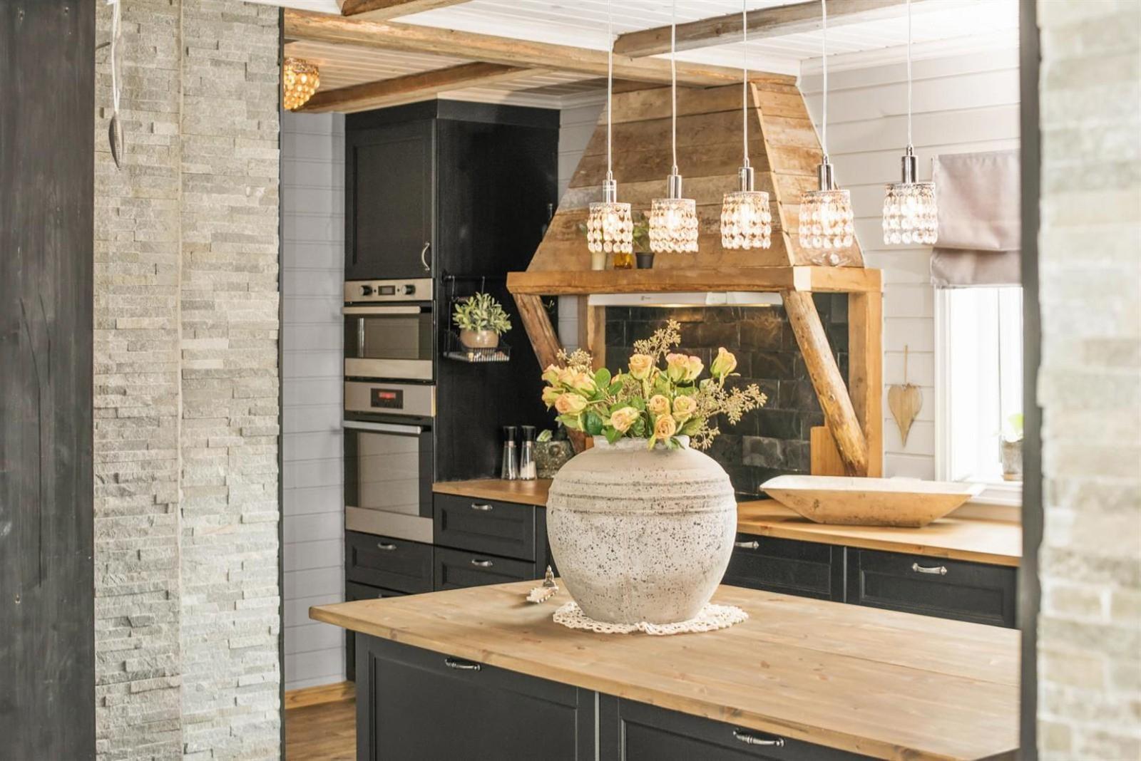кухня столешница ваза цветы встроенная кухонная техника