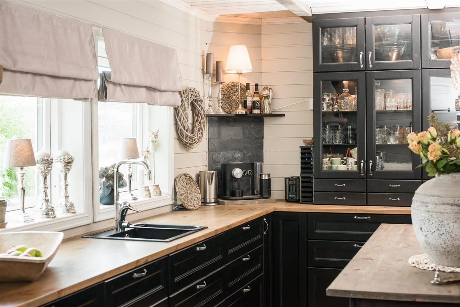 кухня окно столешница мойка смеситель темные фасады сервант