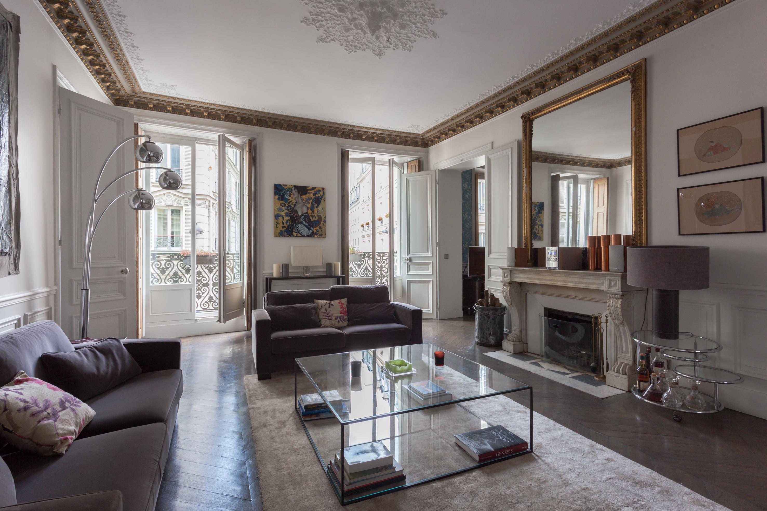 гостиная французские окна деревянные ставни белые двери высокий потолок лепнина потолочный карниз розетка камин зеркало