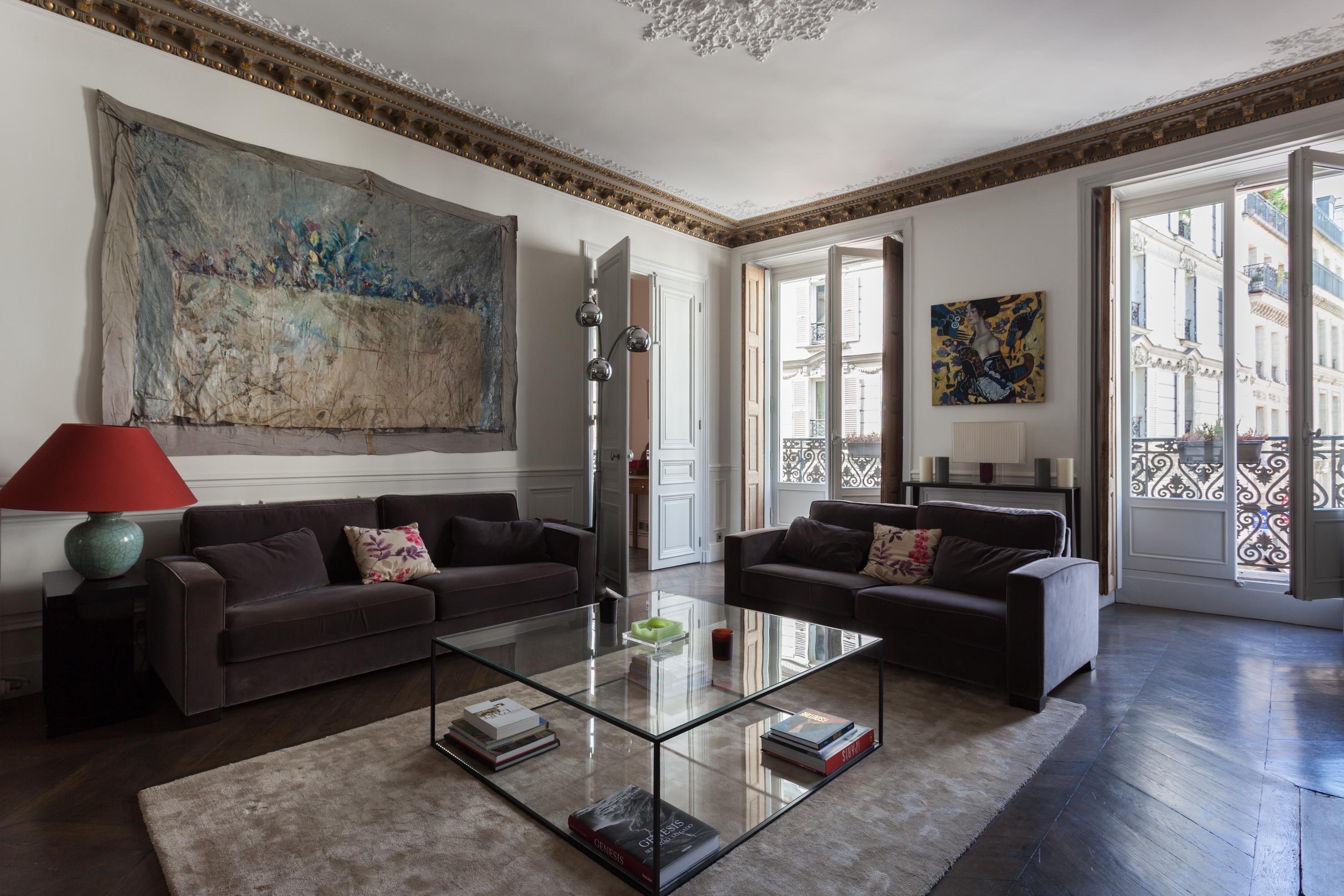 гостиная белые стены паркет лепнина молдинги мягкая мебель ковер журнальный столик