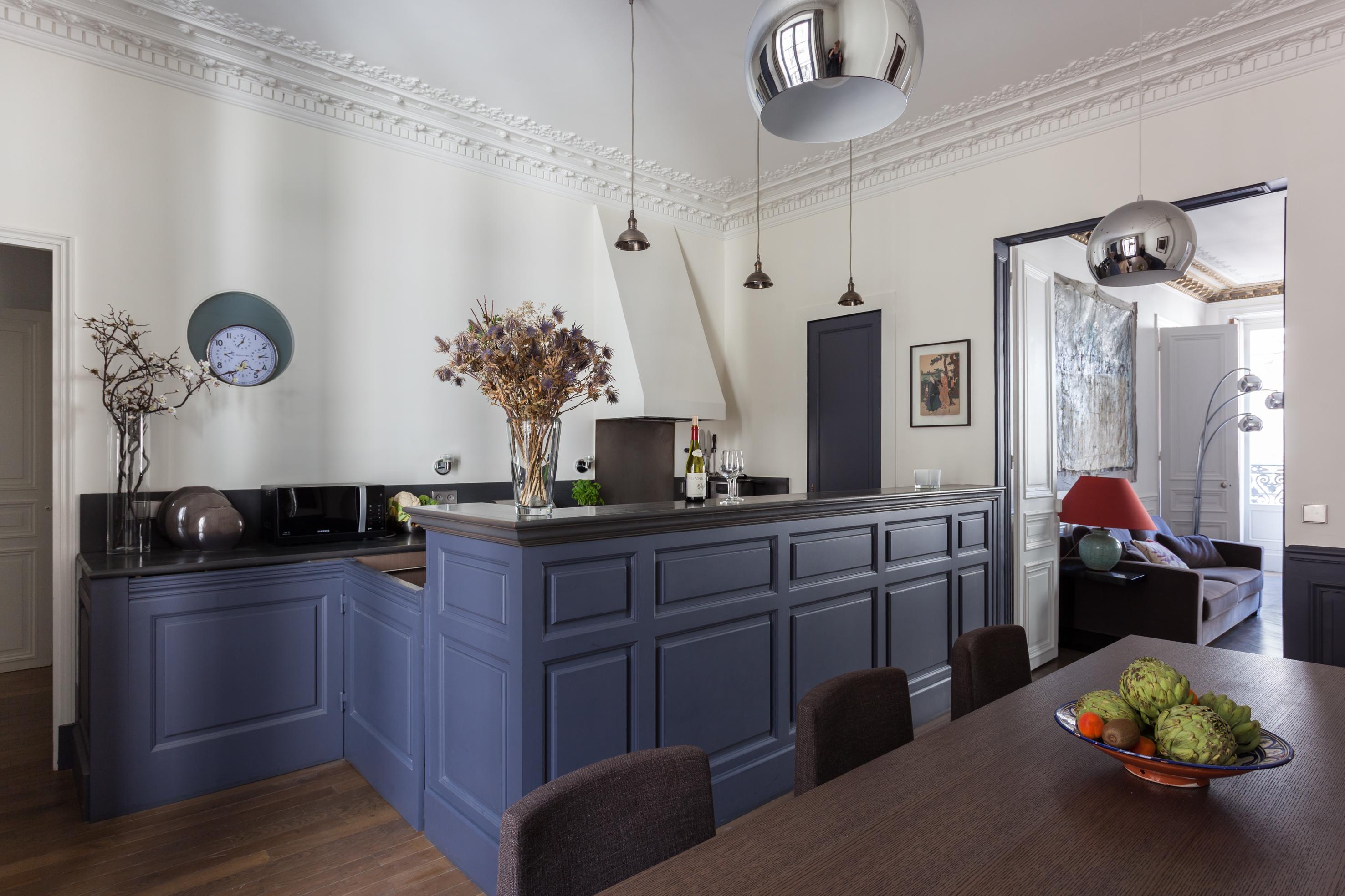 кухня светлые стены потолочные карнизы лепнина синие кухонные фасады кухонный остров