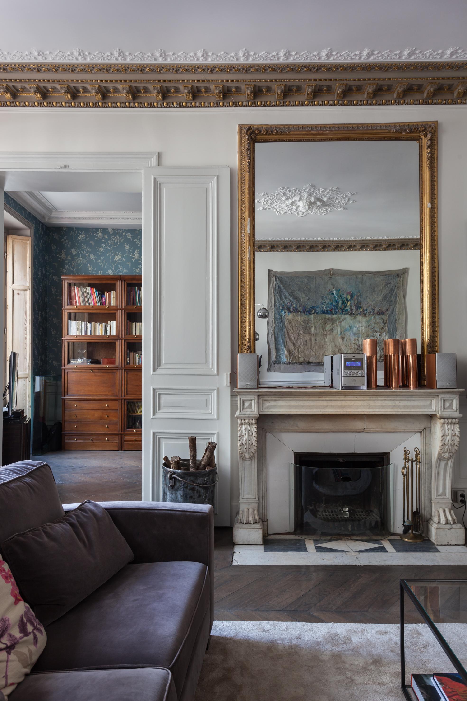 гостиная камин зеркало высокий потолок белые двери паркет