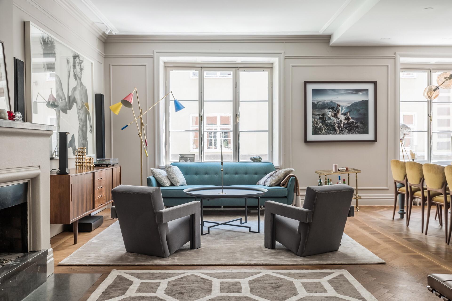 гостиная мягкая мебель ковер паркет окна стены молдинги