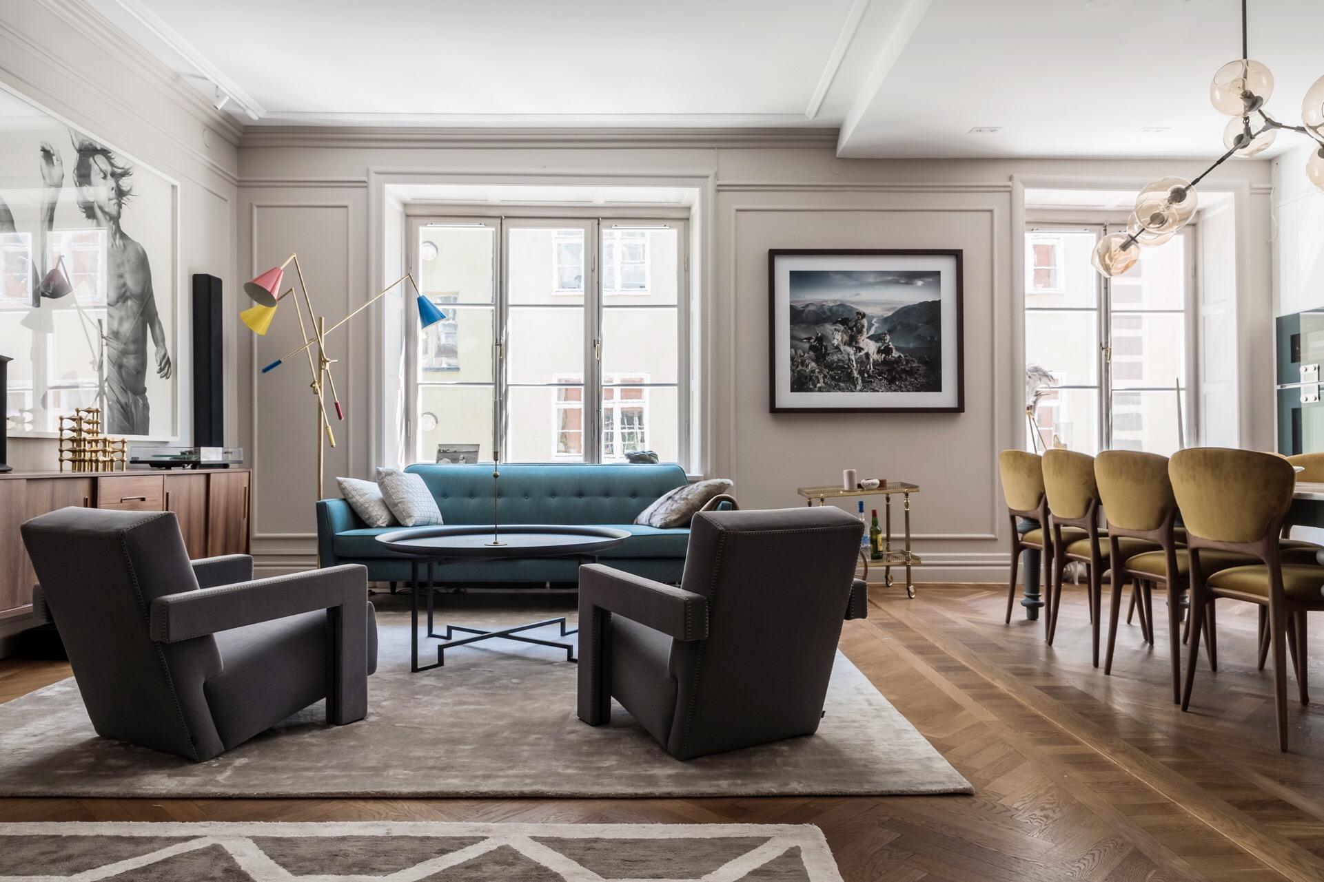 гостиная стены молдинги окно мягкая мебель кресла журнальный столик ковер комод обеденный стол