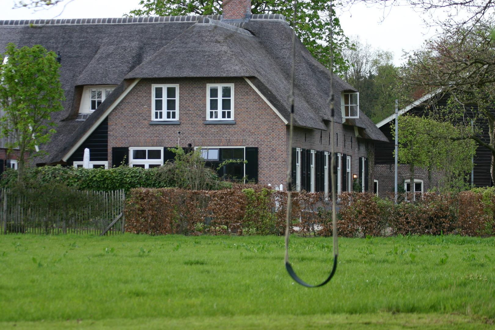 фасад загородного дома качели газон