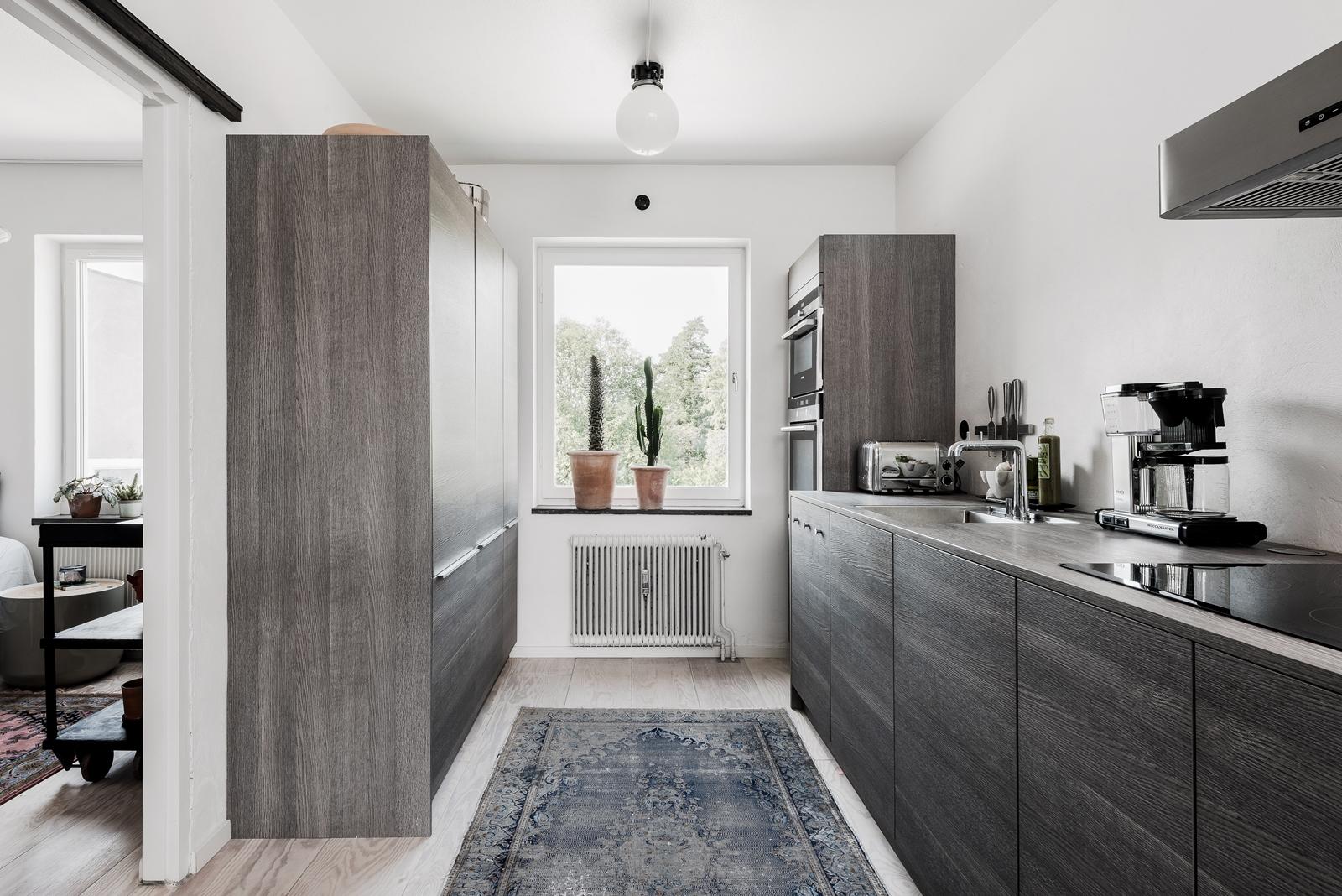 кухня серые коричневые шпон фасады варочная панель вытяжка ковер