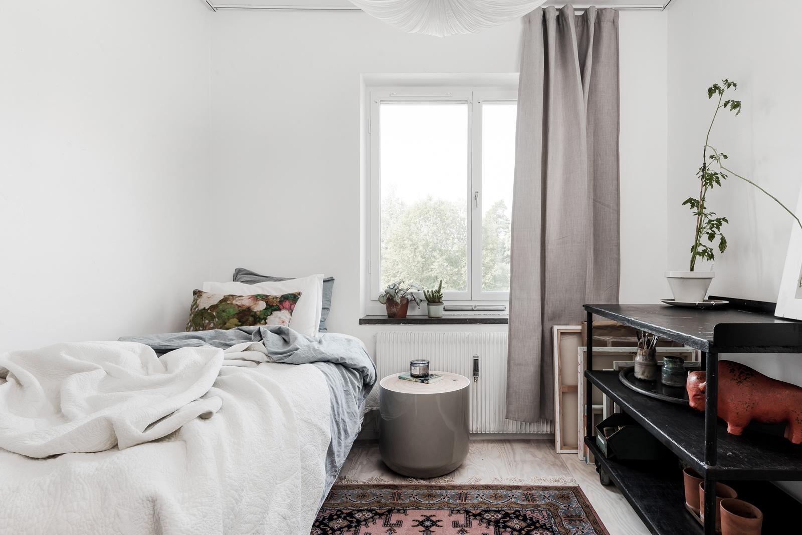 спальня кровать ковер окно