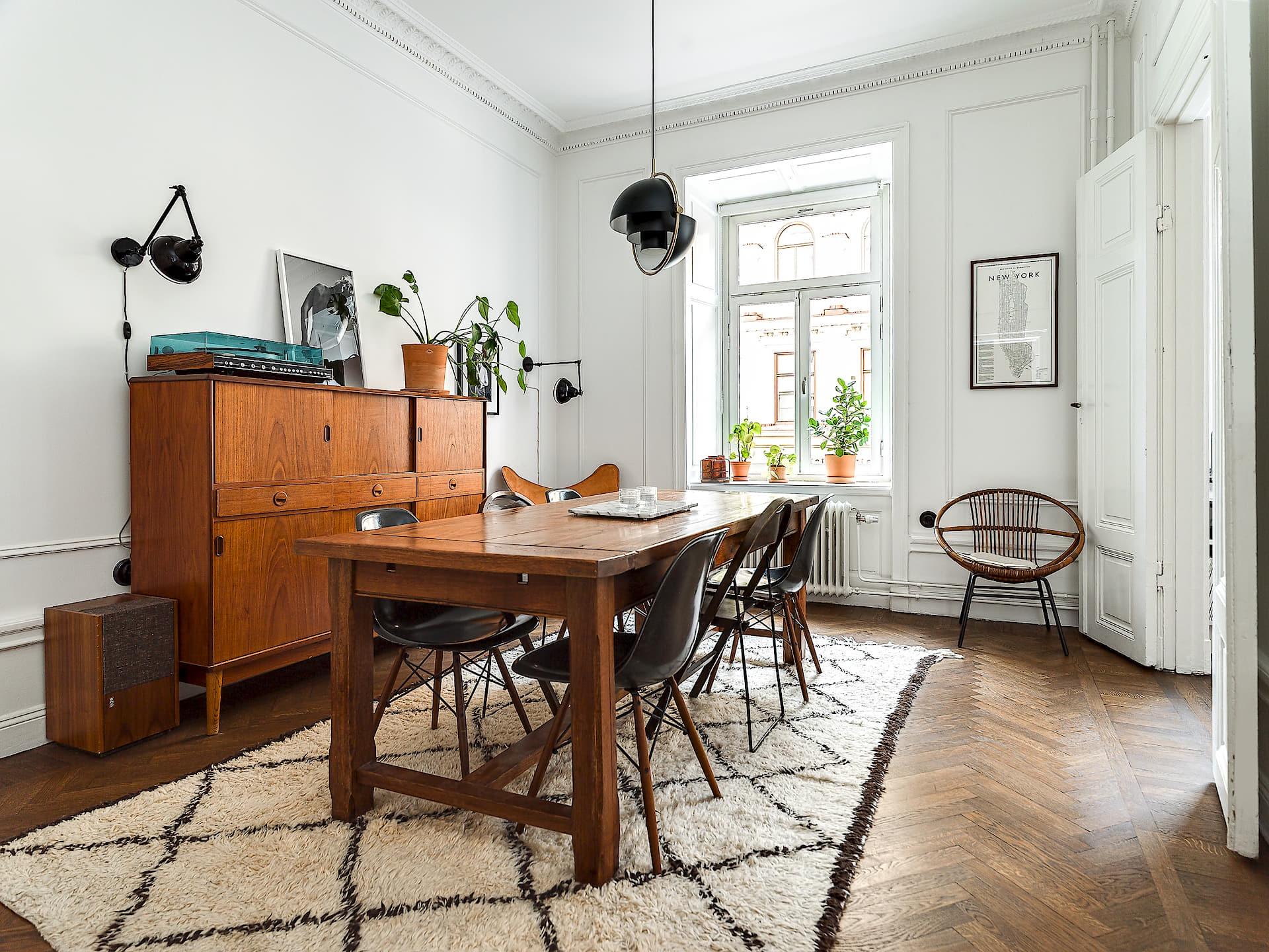 столовая обеденный стол ковер комод