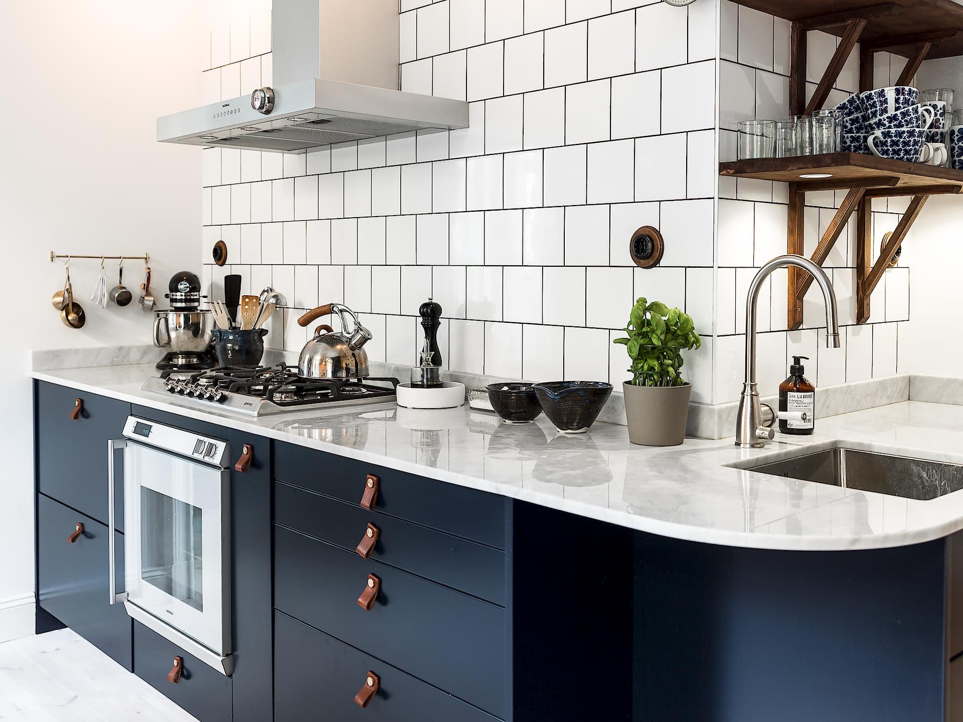 кухня синий индиго кожаные мебельные ручки