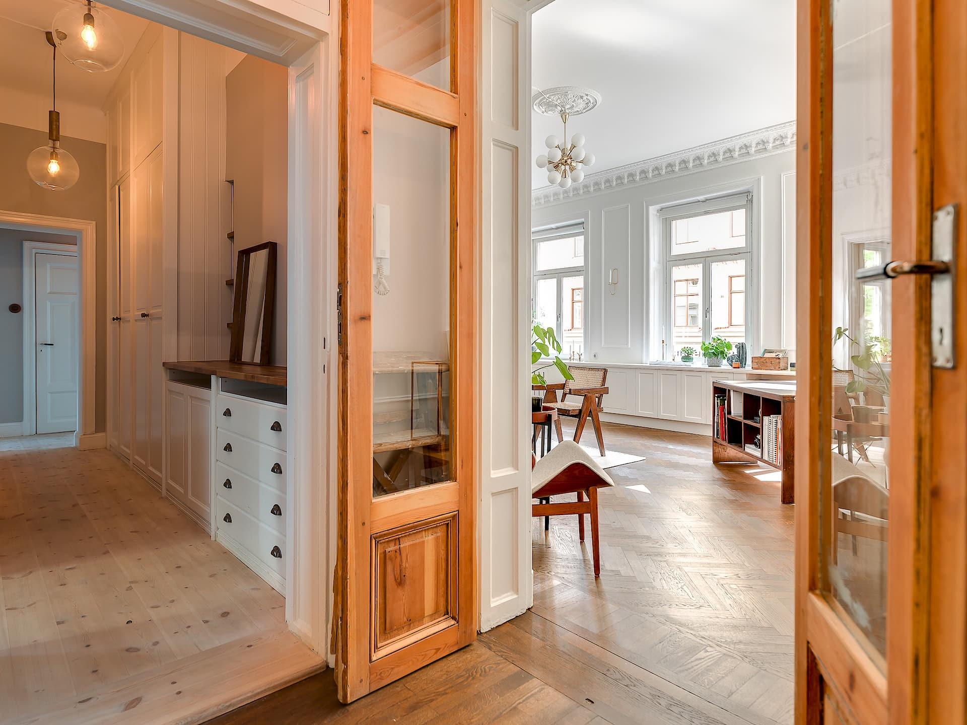 деревянные распашные двери прихожая коридор встроенный шкаф комод