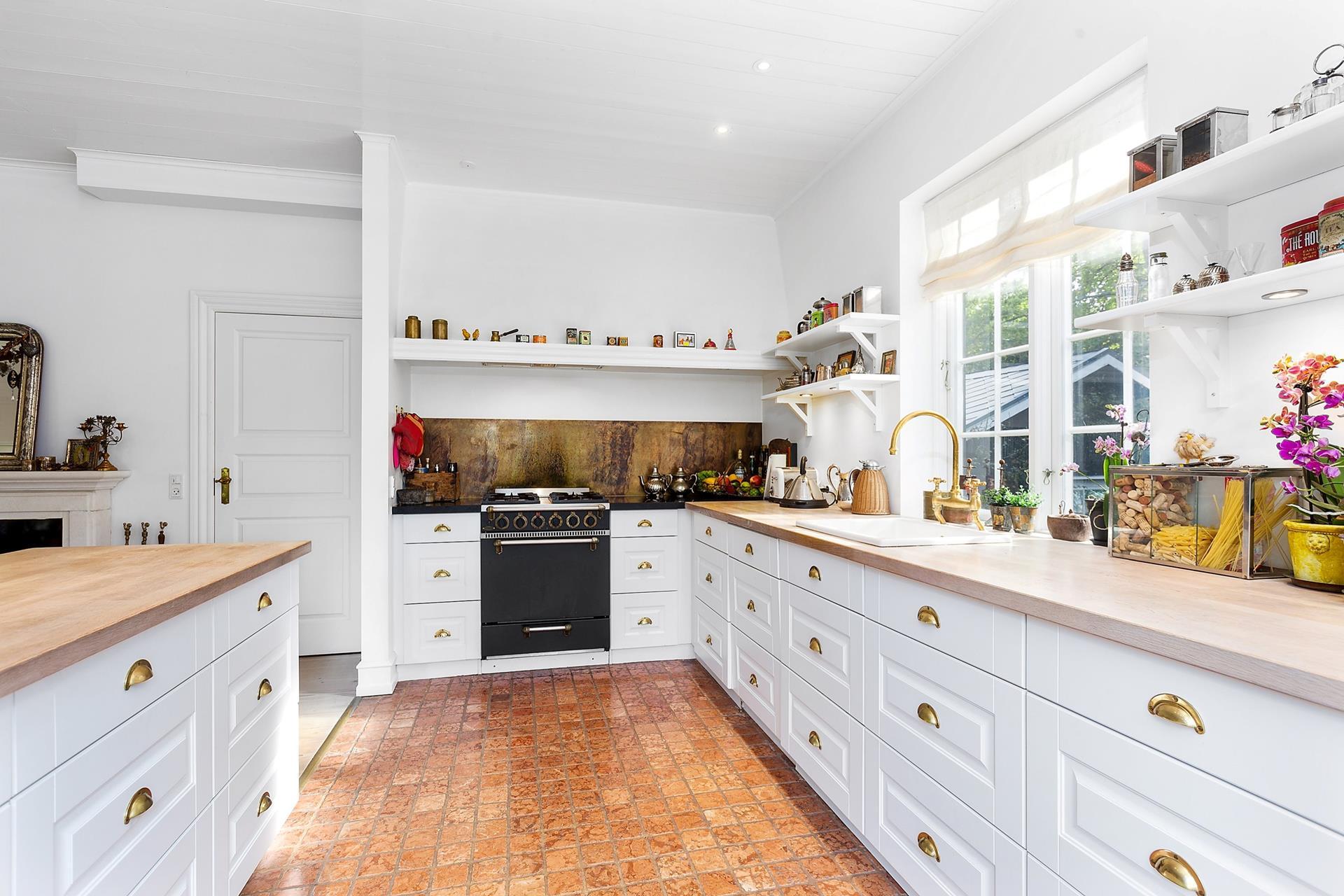 кухня белые фасады плита окно мойка смеситель