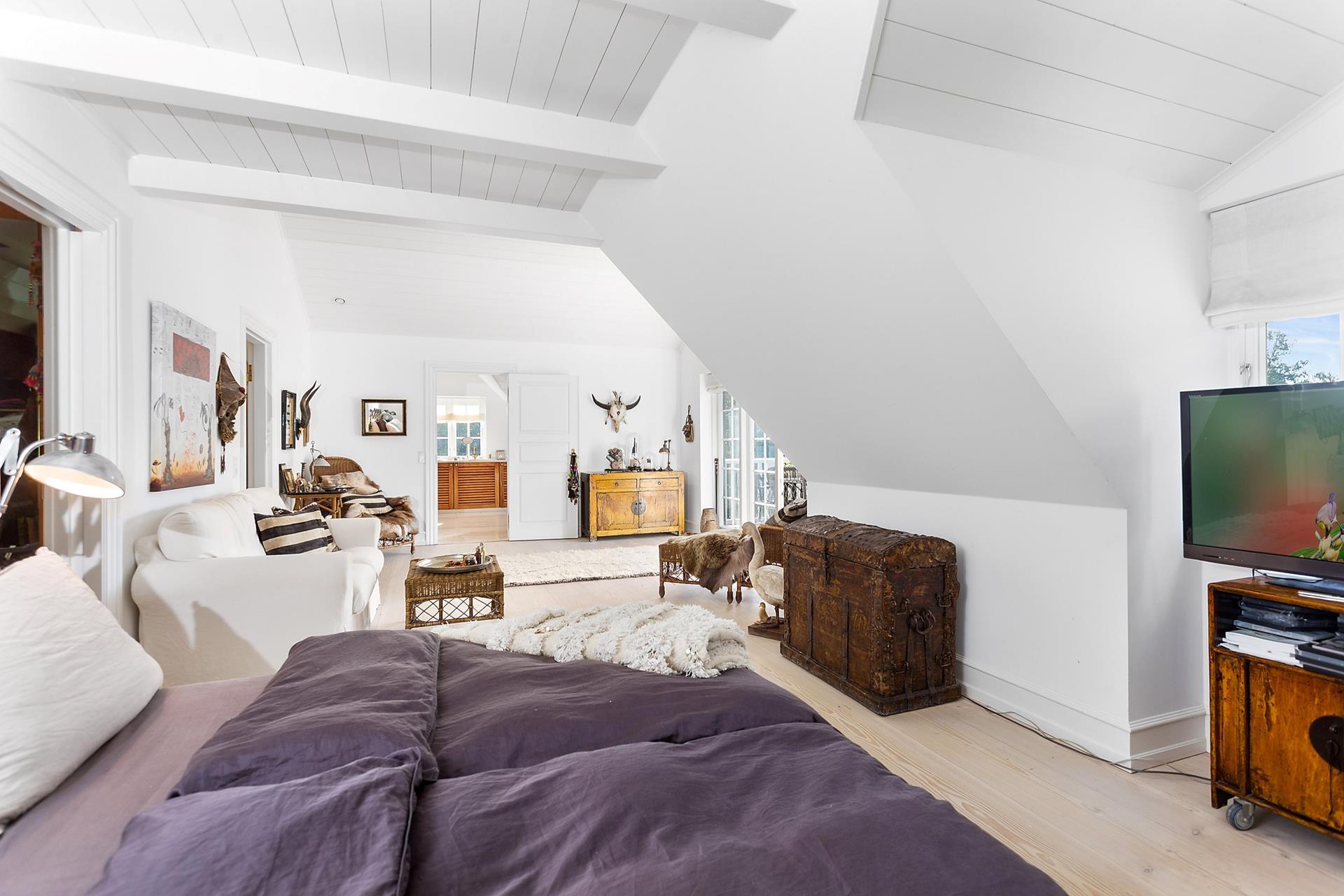 спальня кровать мансарда белые стены ванная комната