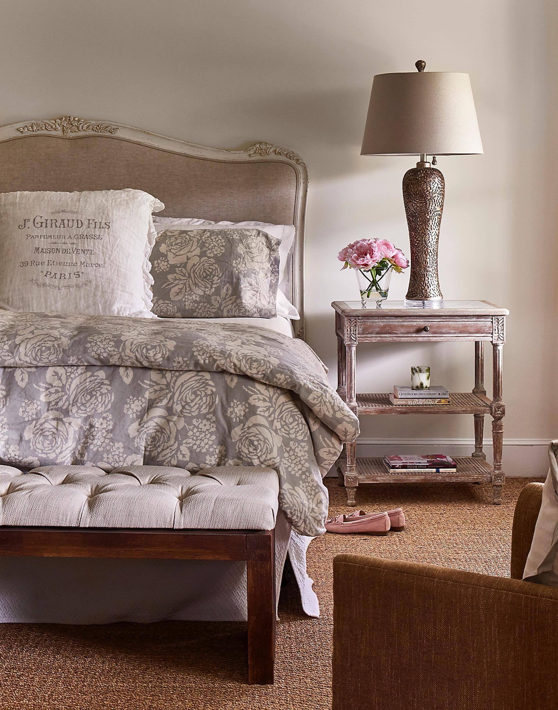 спальня кровать изголовье прикроватные тумбы лампы ваза цветы банкетка