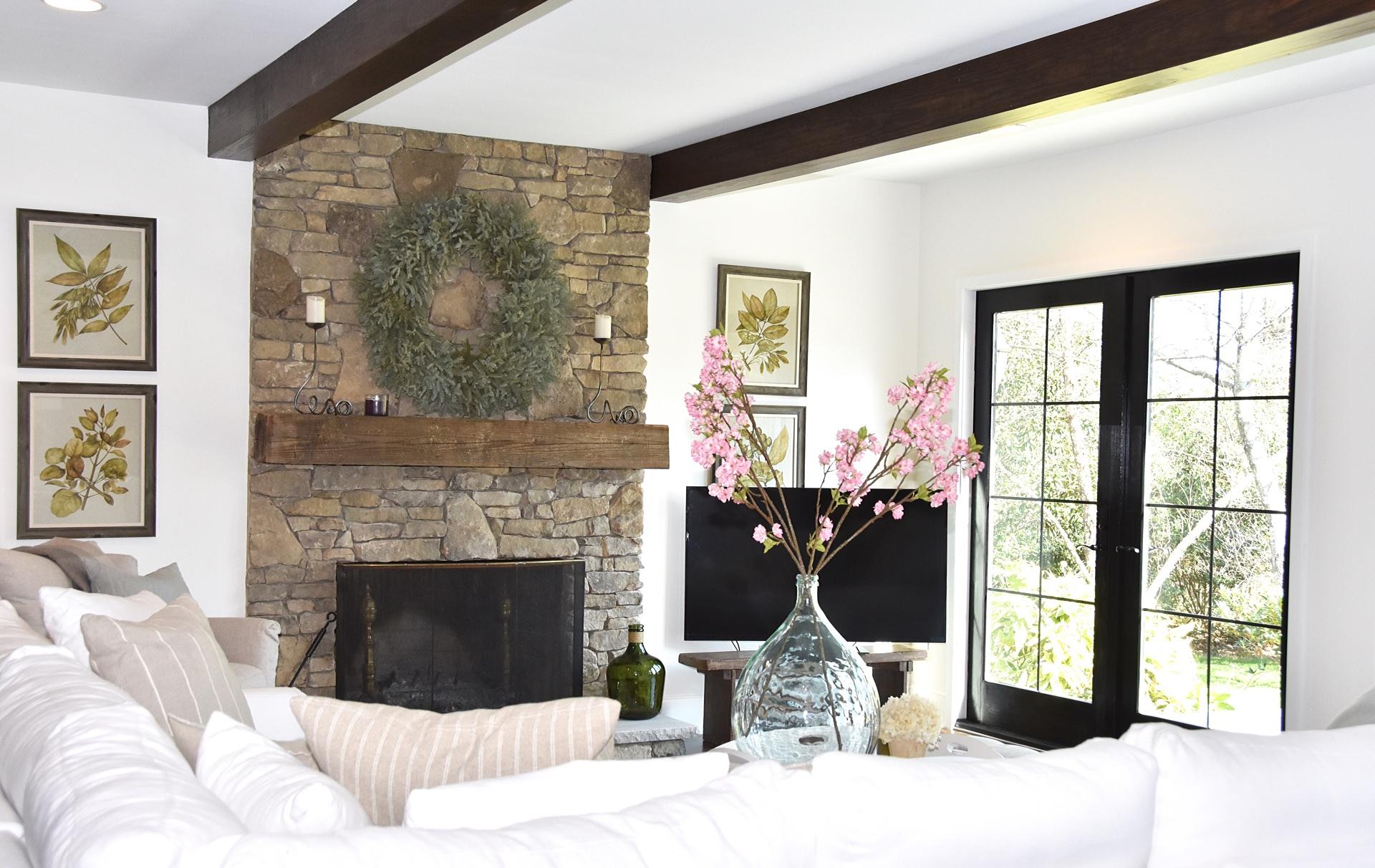 гостиная потолок балки камин телевизор каменная кладка ваза французские двери