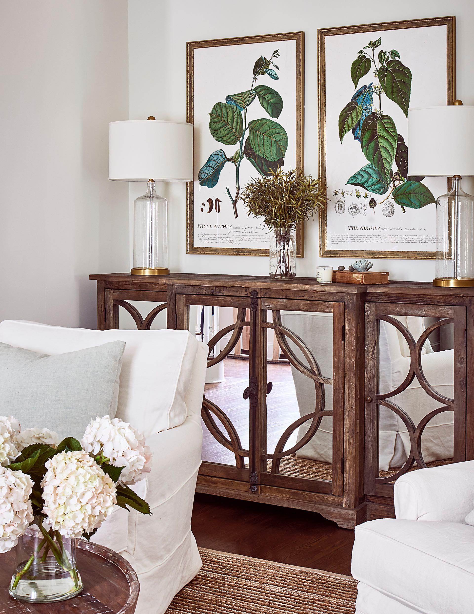 комод зеркальные фасады картины рамы лампа