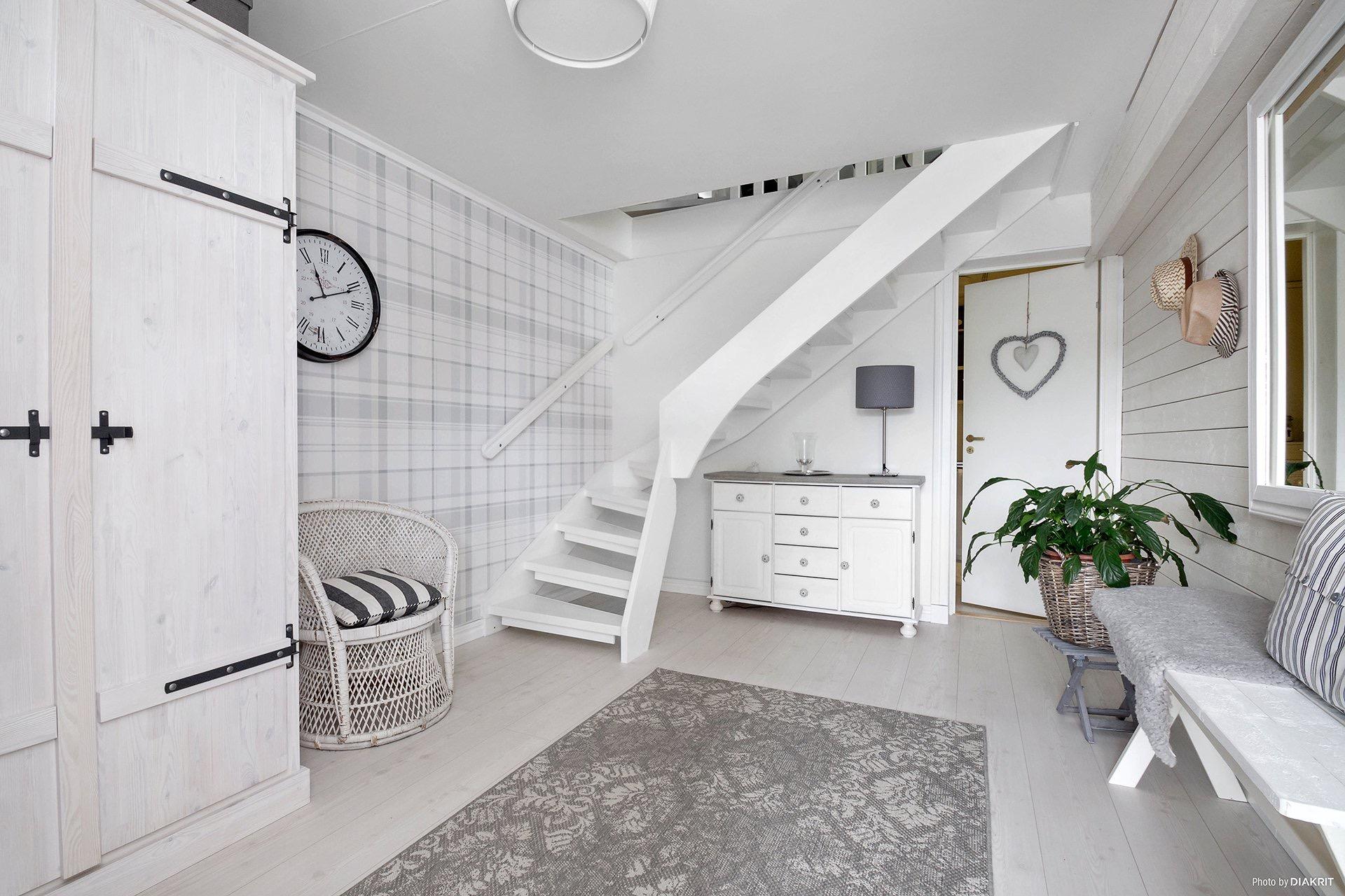 лестница шкаф комод светлый пол ковер