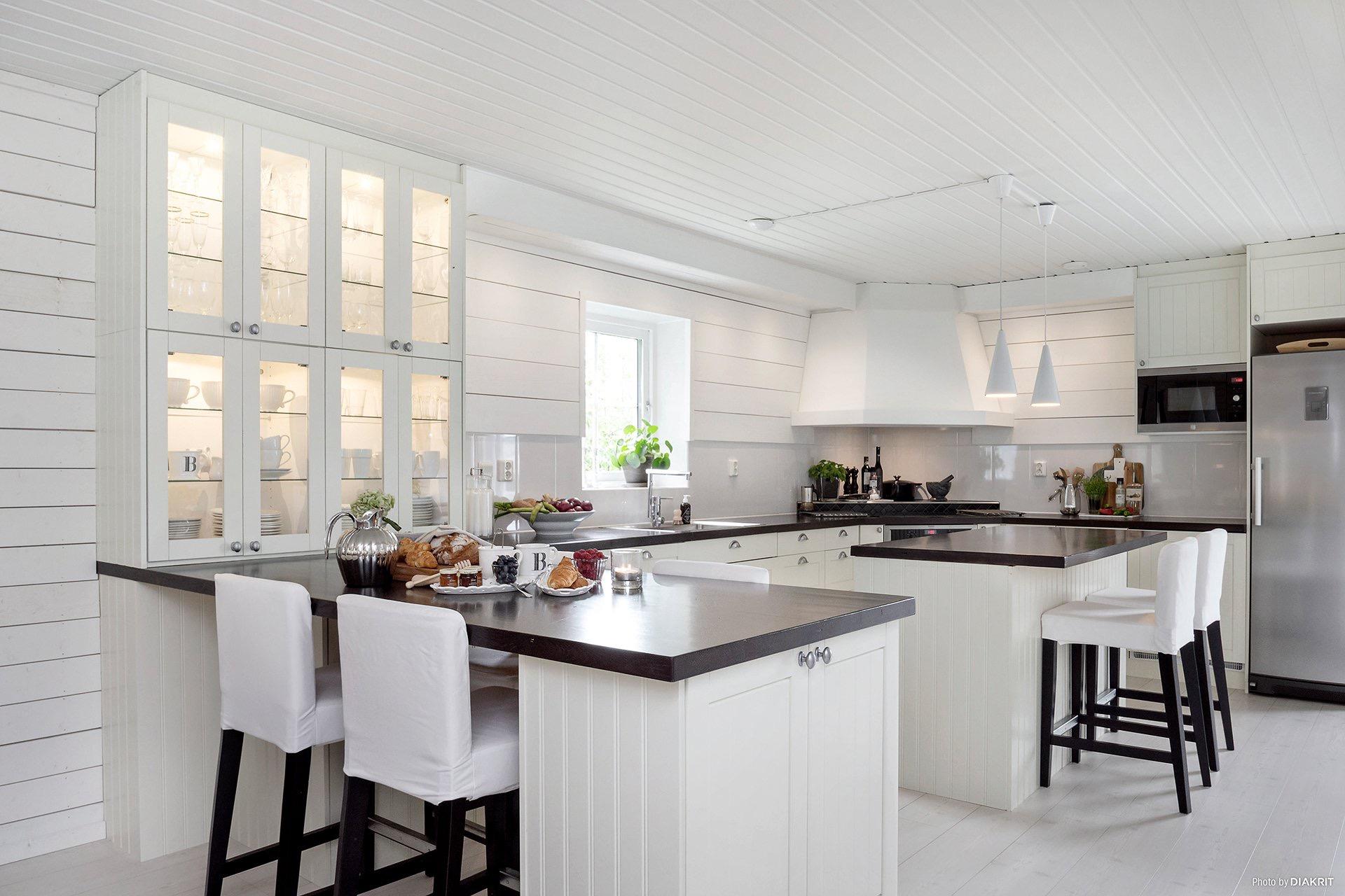 кухня кухонный остров белые фасады черная столешница
