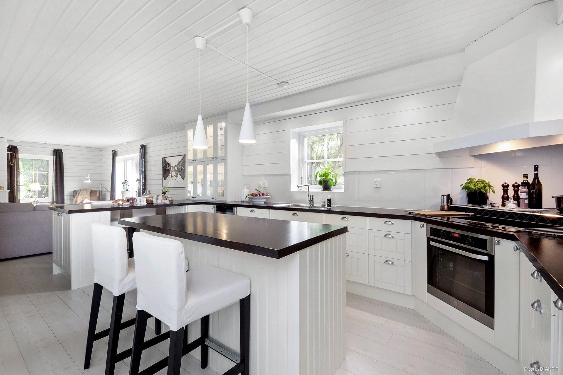 белая кухня светлый пол барные стулья