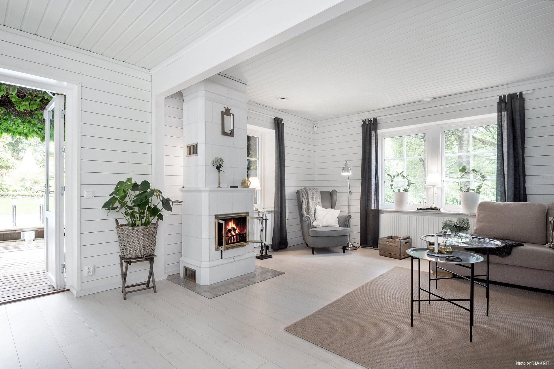 гостиная камин белые стены светлый пол ковер