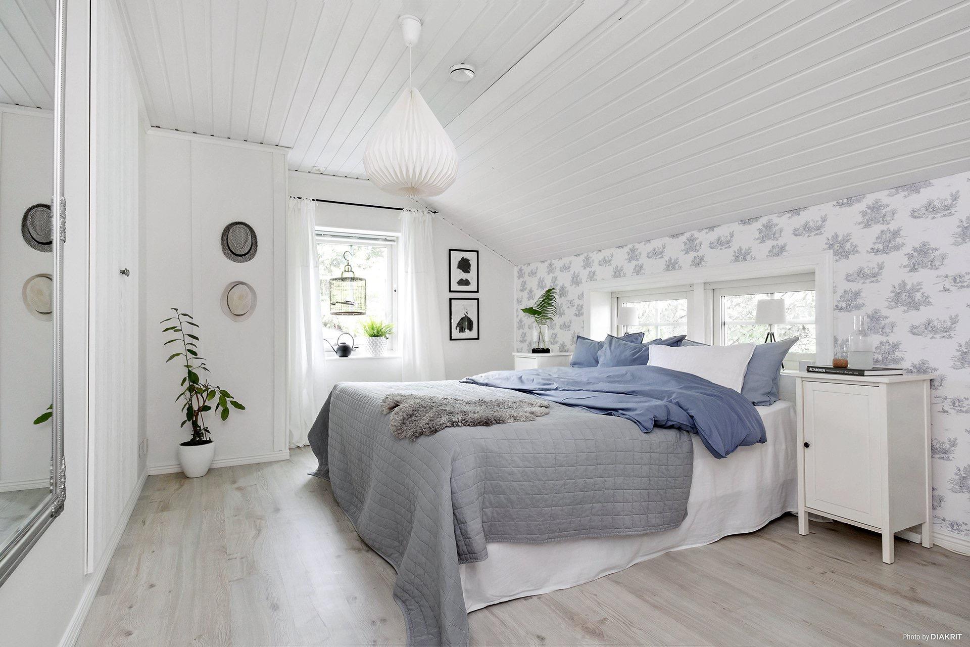 спальня кровать изголовье окно мансарда