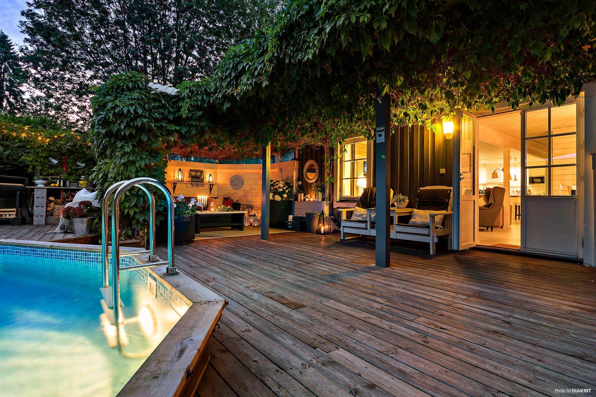 терраса уличная садовая мебель вечернее освещение подсветка