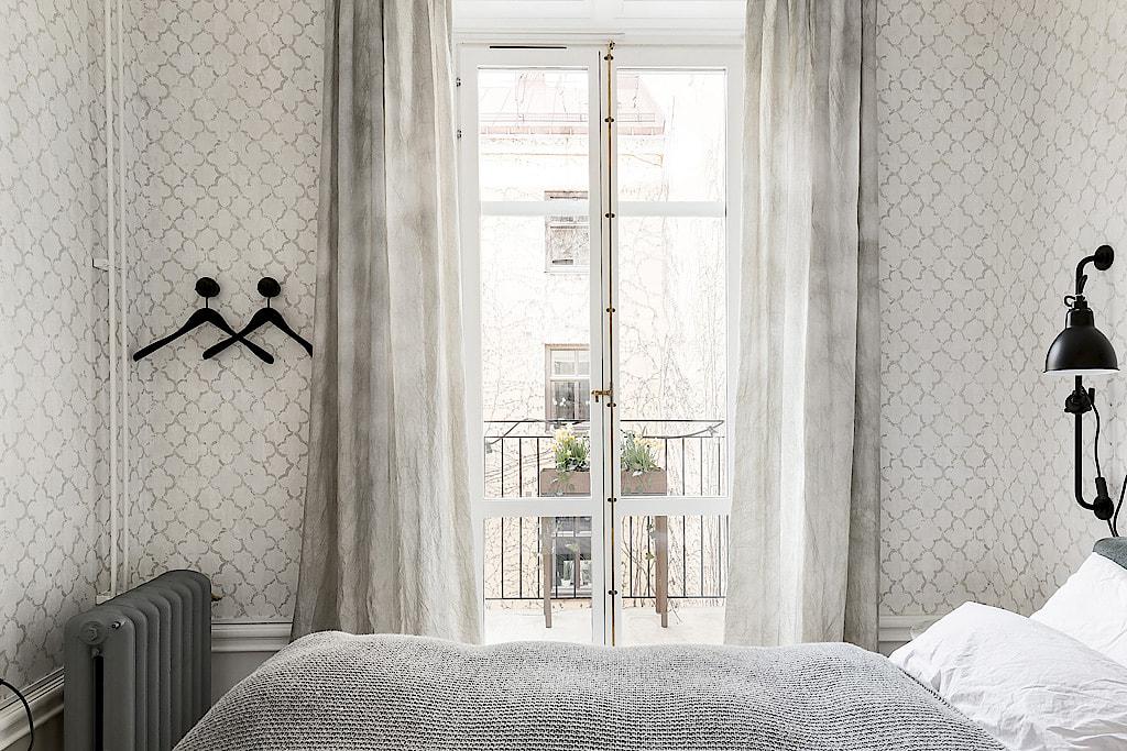 спальня кровать окно балкон