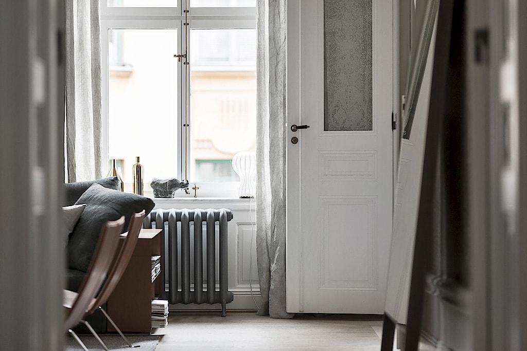 белая дверь окно радиатор