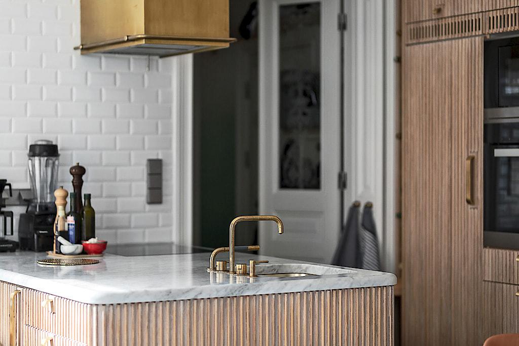 кухонный остров столешница мрамор мойка смеситель вытяжка варочная панель