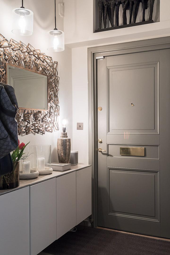 прихожая коридор входная дверь комод зеркало
