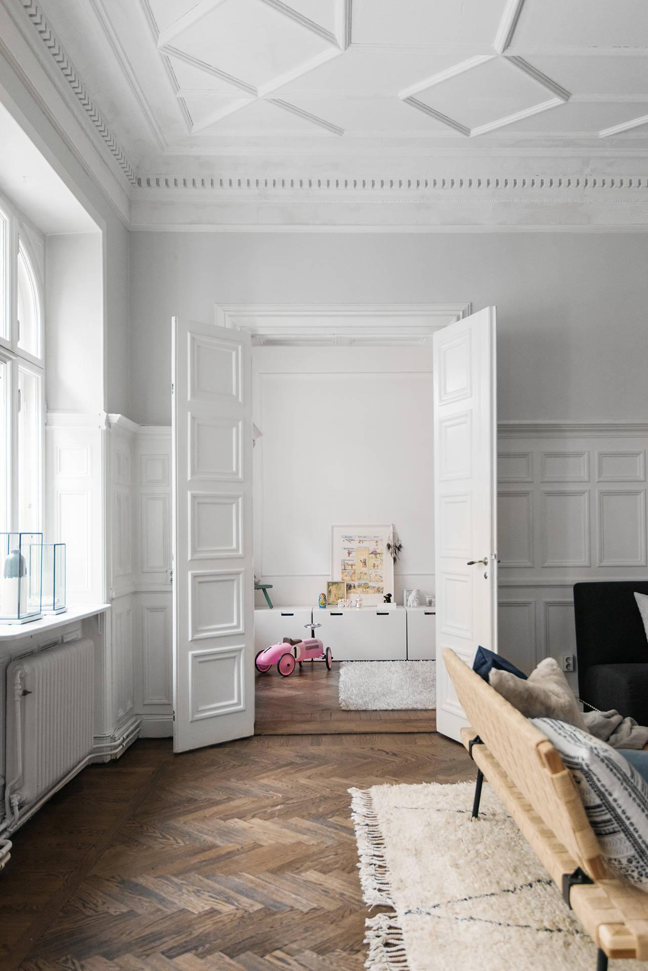 гостиная высокий потолок распашные двери