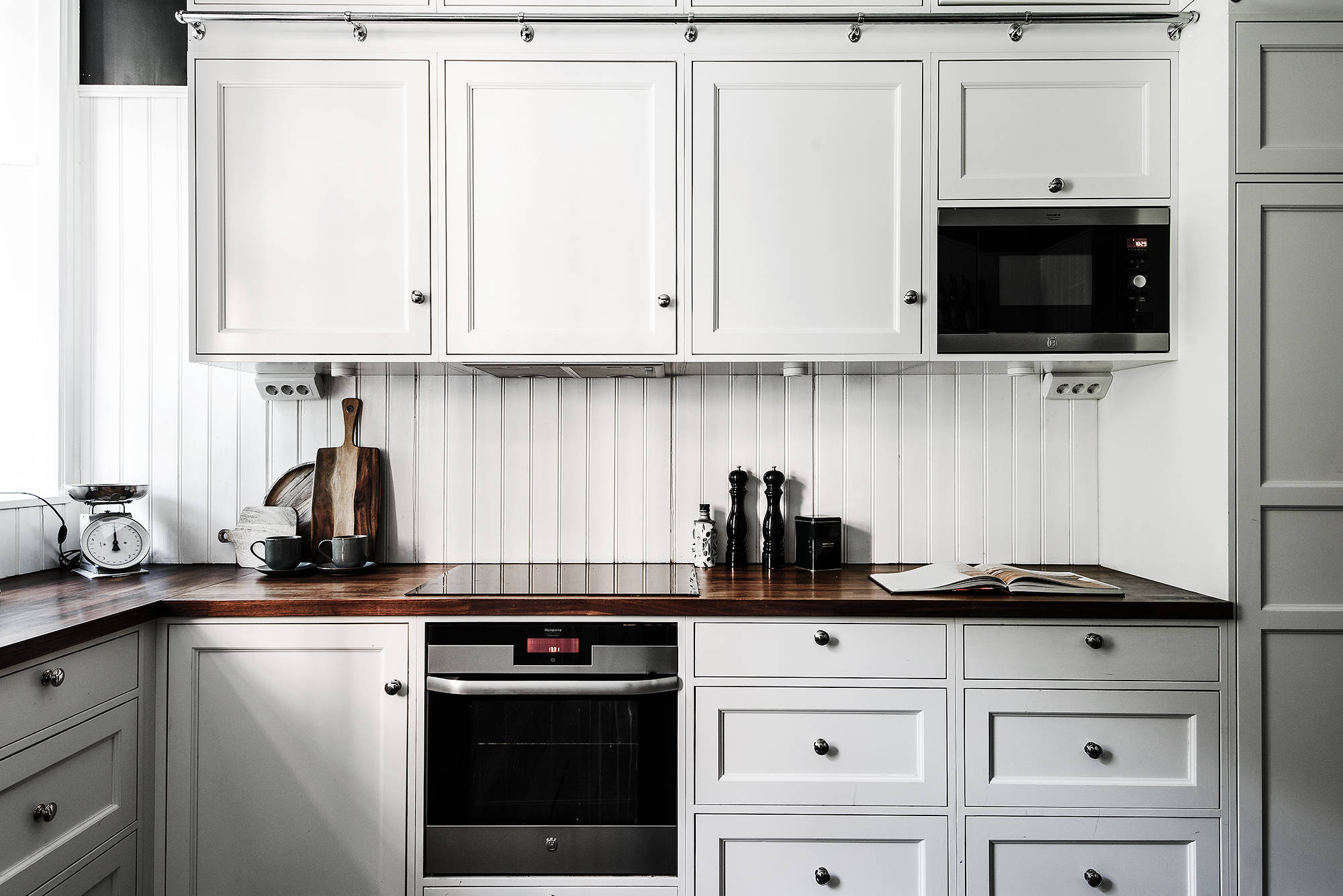кухня белые фасады плита встроенная вытяжка