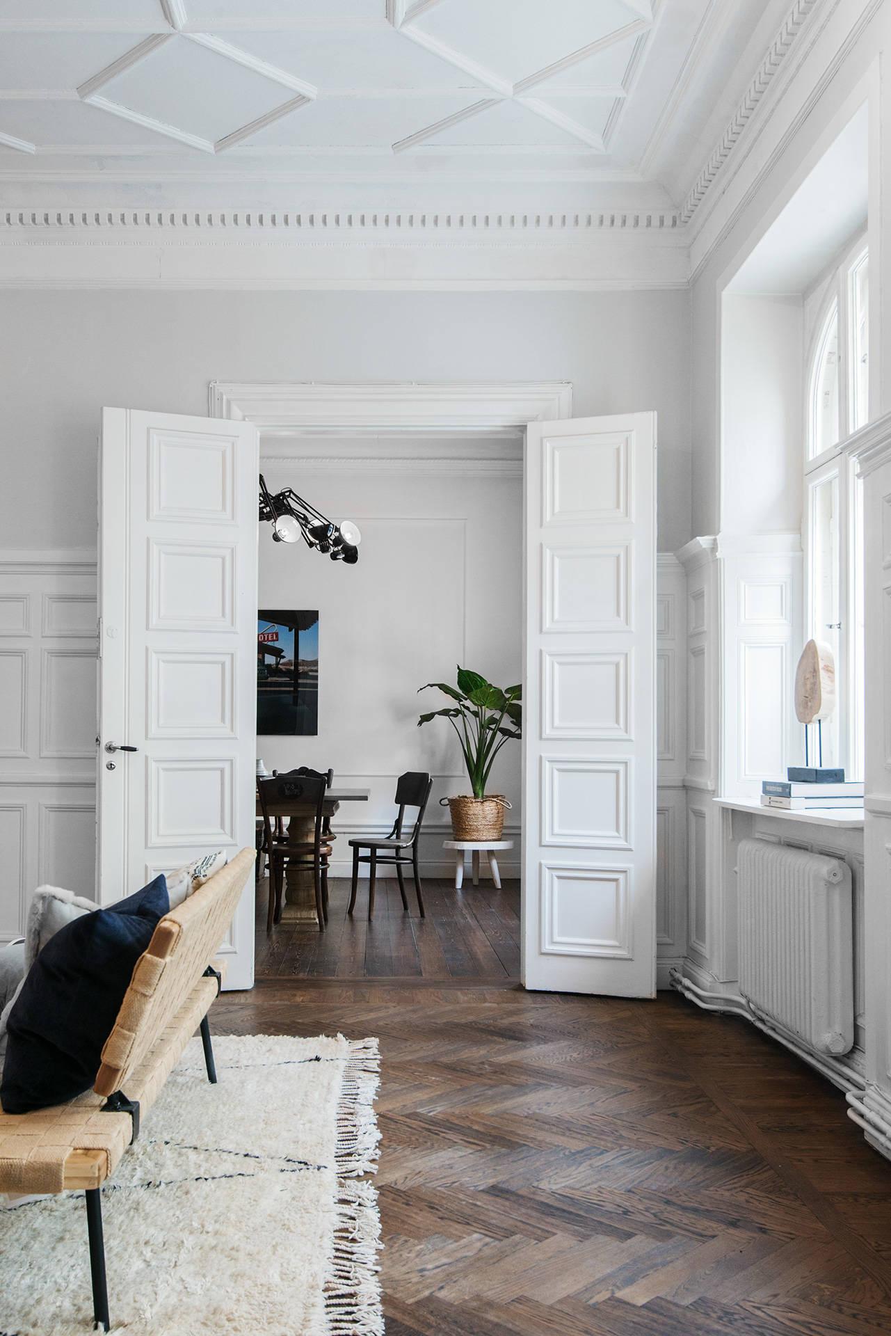 гостиная светлые стены паркет высокий потолок распашные белые двери