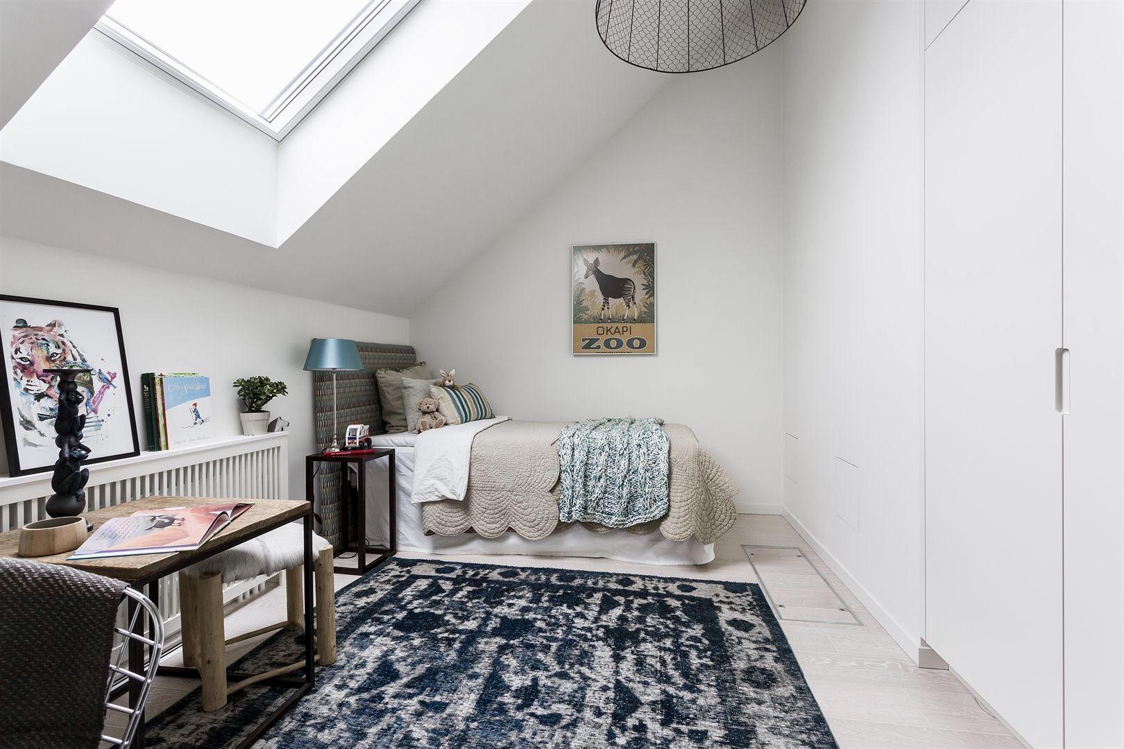 мансарда окно детская комната кровать текстиль встроенный шкаф