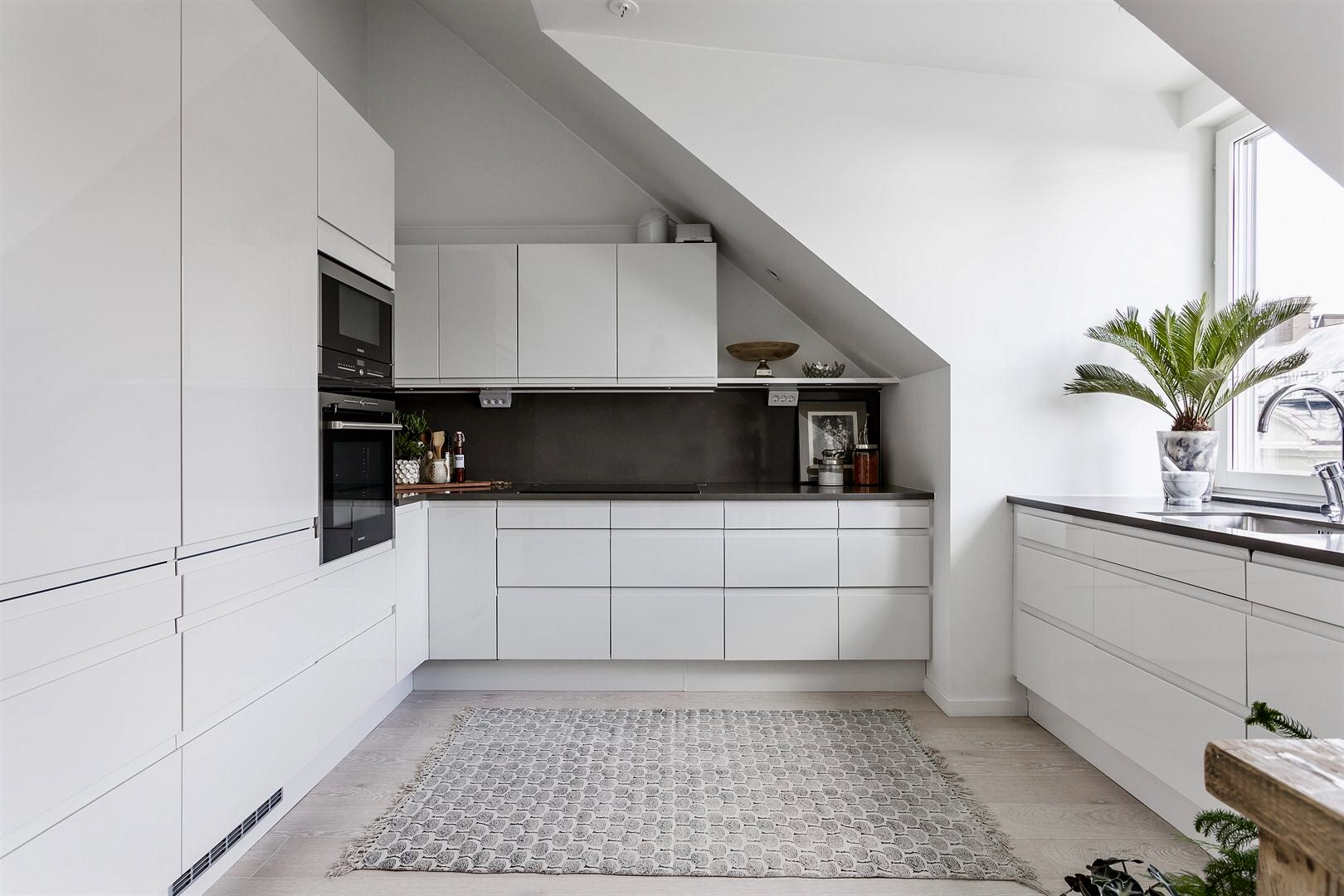 кухня белые гладкие фасады окно мойка смеситель кухонный шкаф встроенная техника мансарда
