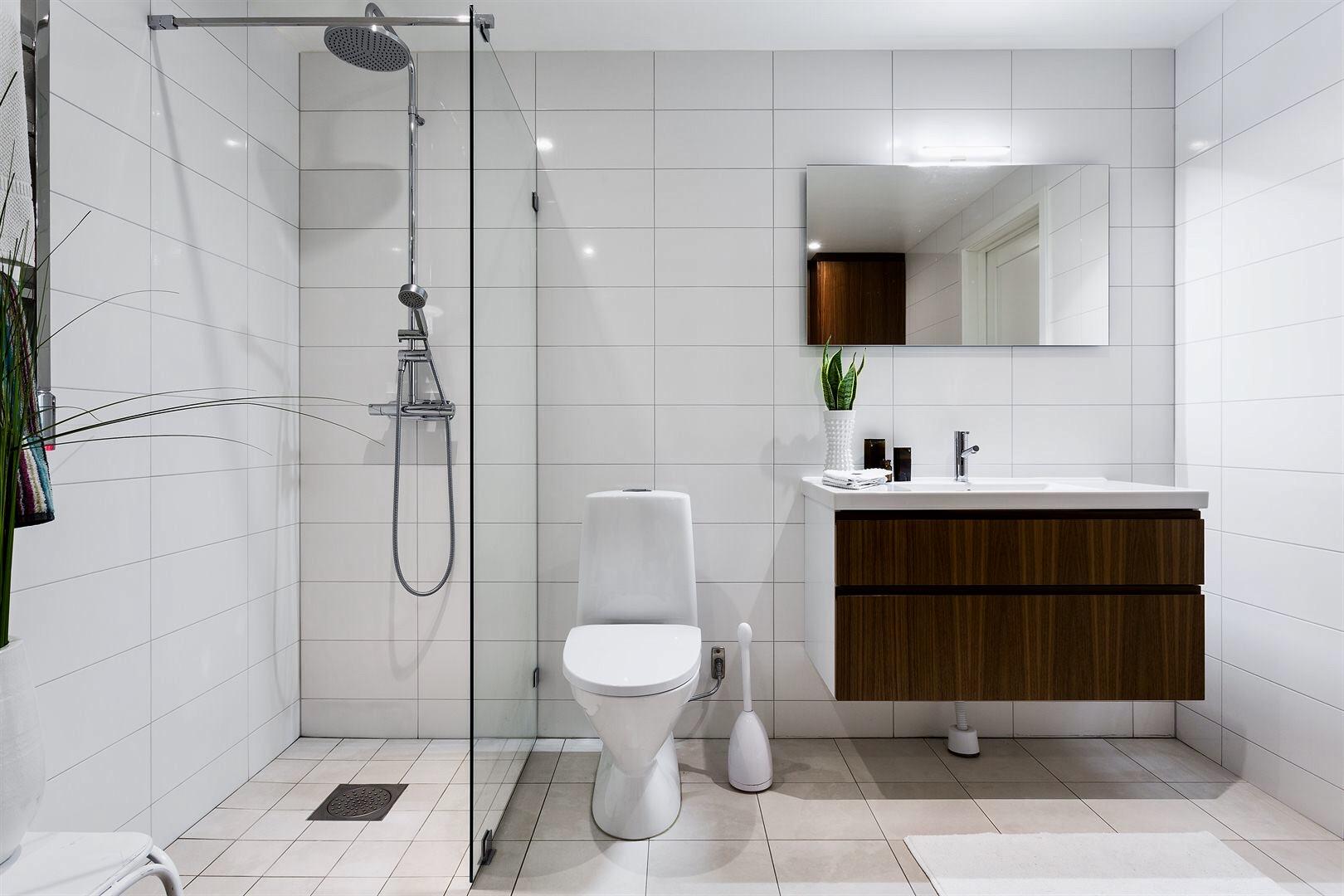 ванная комната санузел душевая кабина трап унитаз раковина смеситель зеркало комод белая плитка