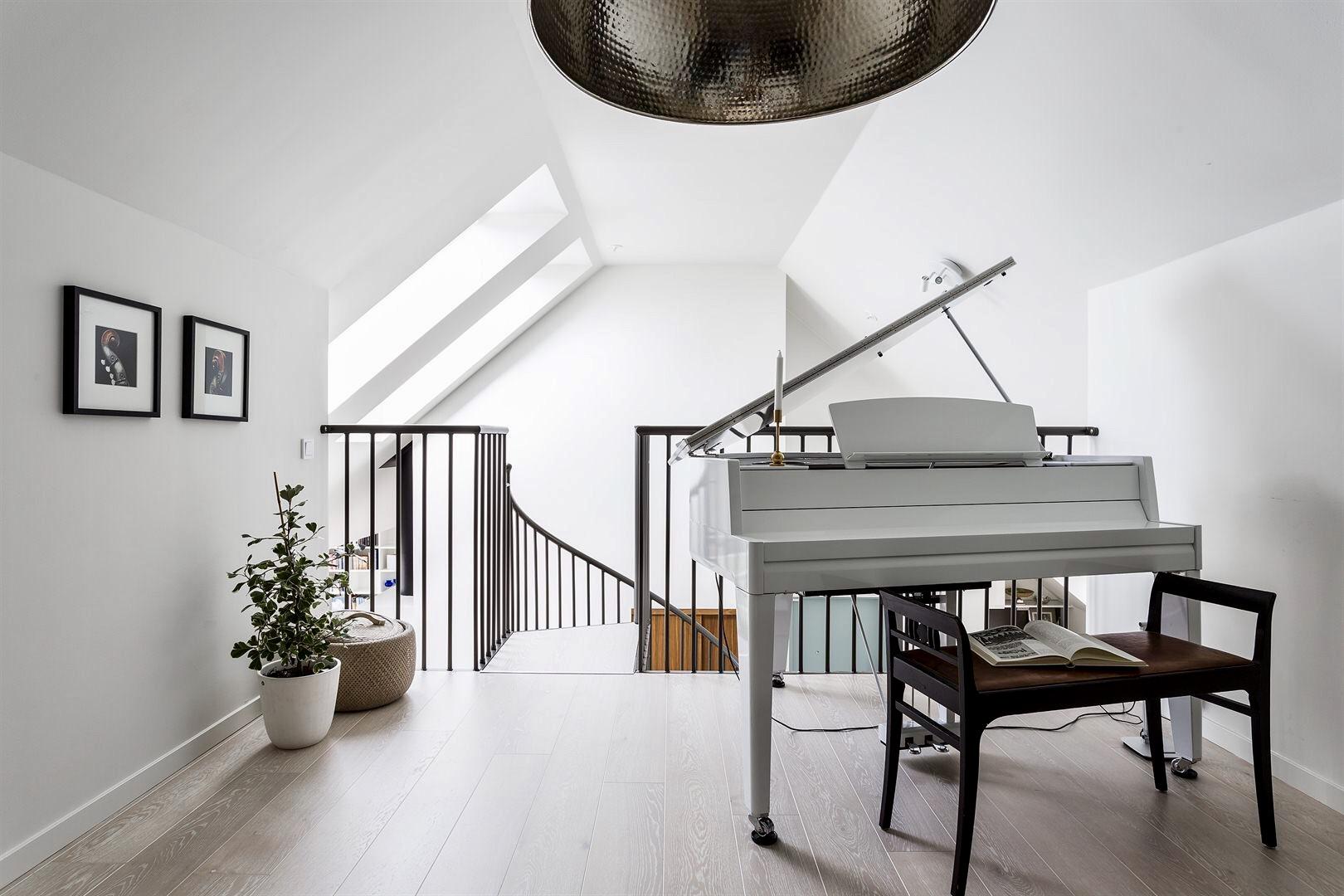 двухуровневая квартира второй уровень лестница рояль
