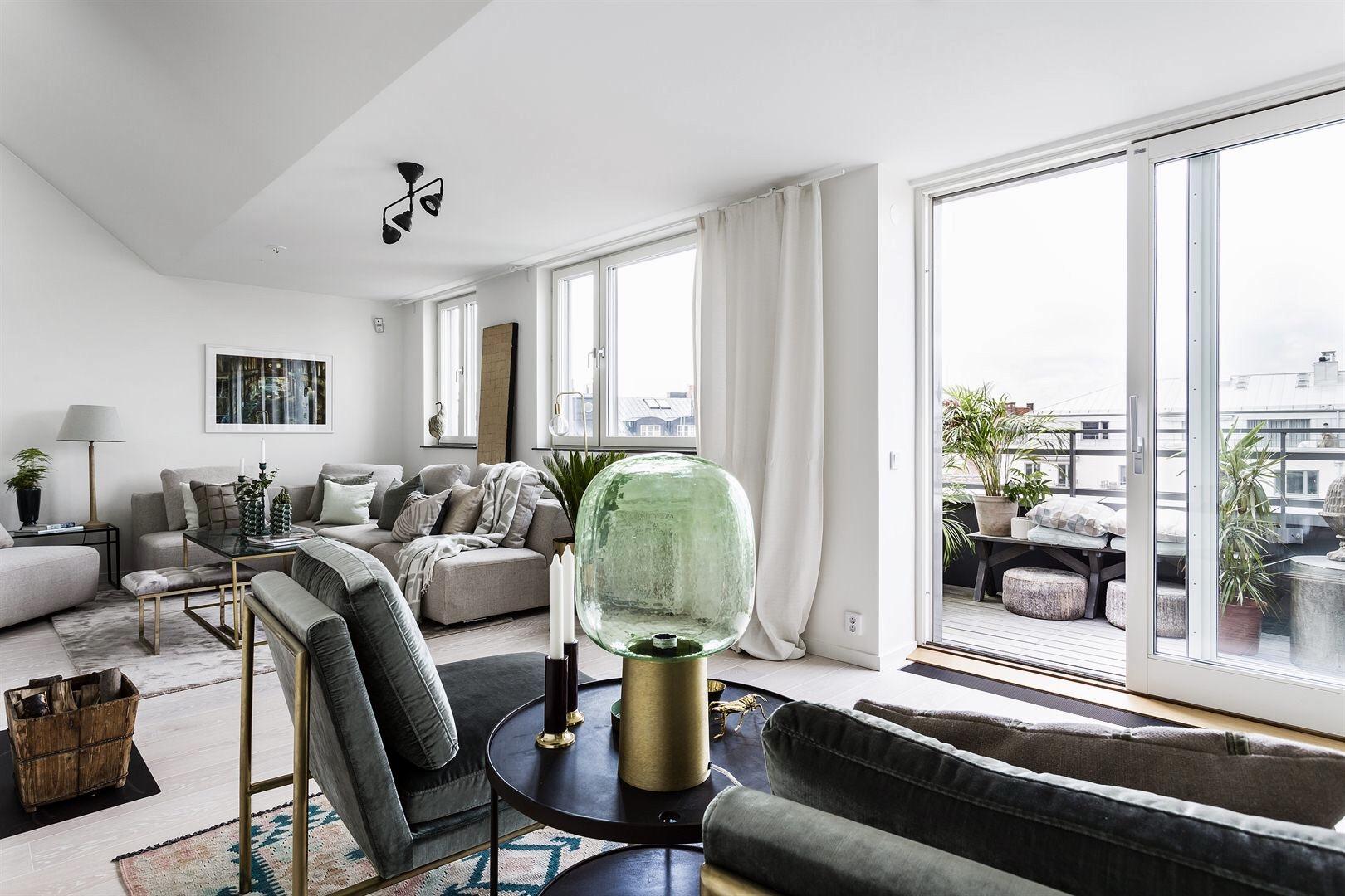 гостиная мягкая мебель серый диван раздвижные двери балкон
