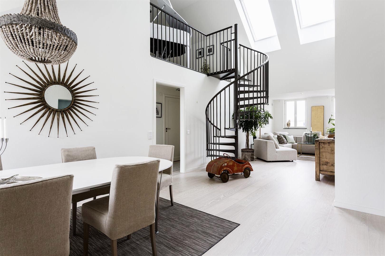 двухуровневая квартира винтовая лестница металл
