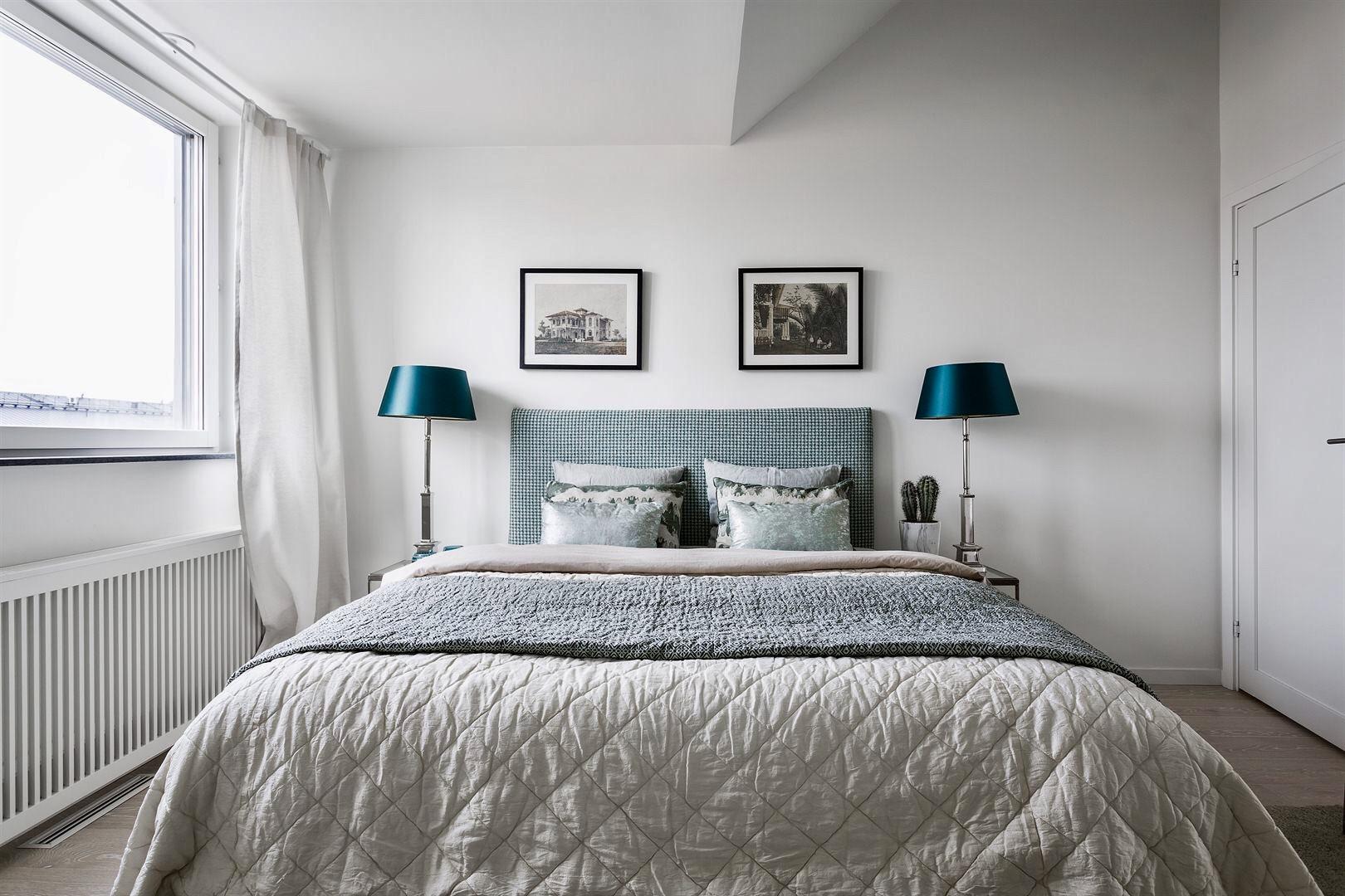 спальня кровать изголовье прикроватные лампы окно радиатор отопления