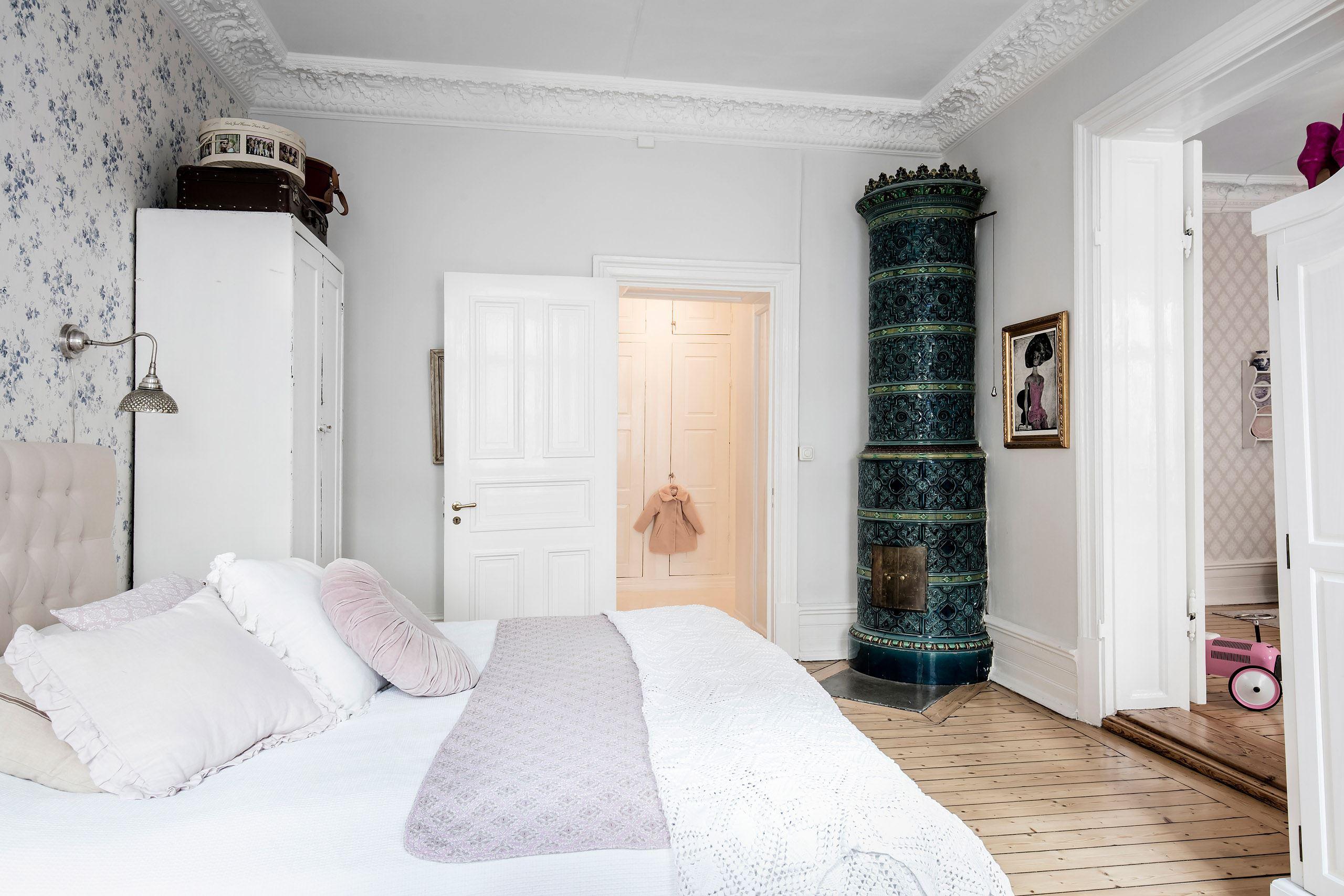 спальня лепнина потолочный карниз высокий плинтус кровать шкаф печь коридор встроенный шкаф