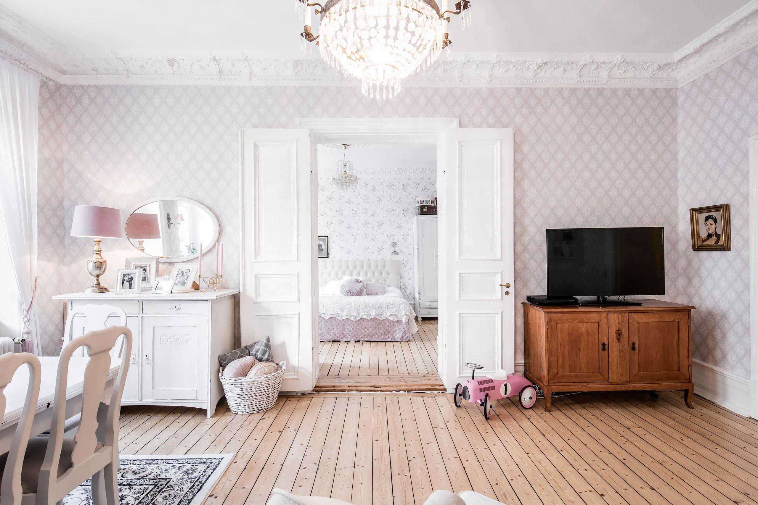 распашные белые стены комоды телевизор обои деревянный пол корзина машина сигара