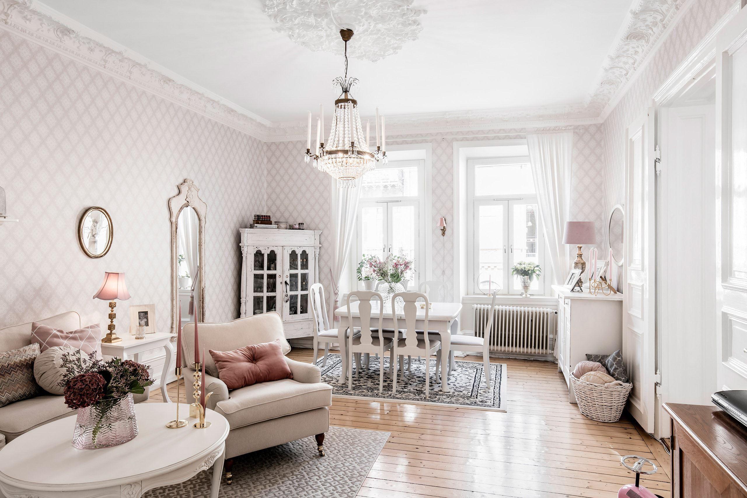 гостиная обои лепнина потолочная розетка хрустальная люстра деревянный пол окна