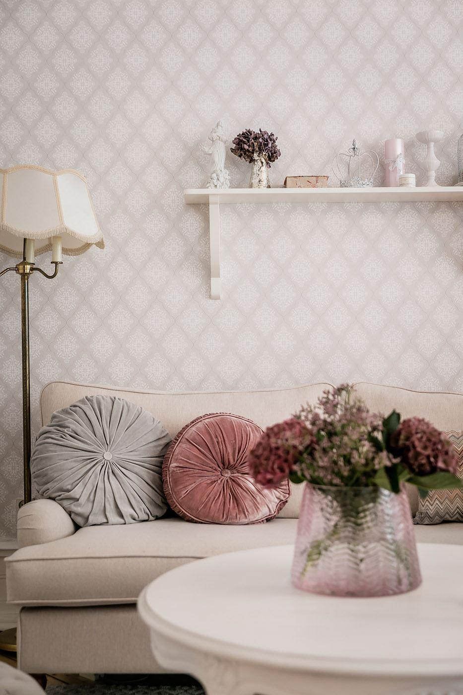 бежевый диван подушки обои абажур столик ваза цветы