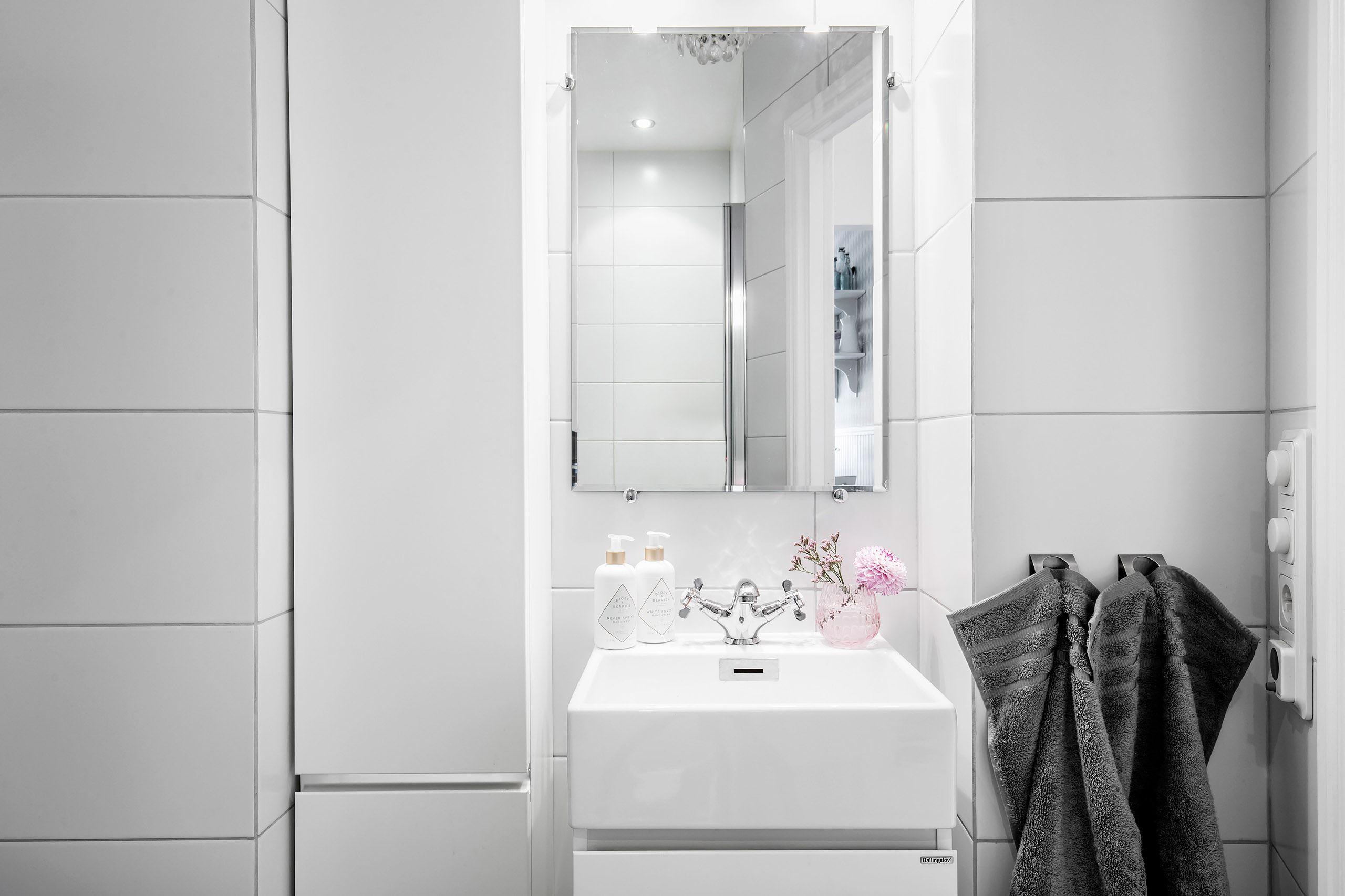 санузел раковина смеситель зеркало плитка шкаф