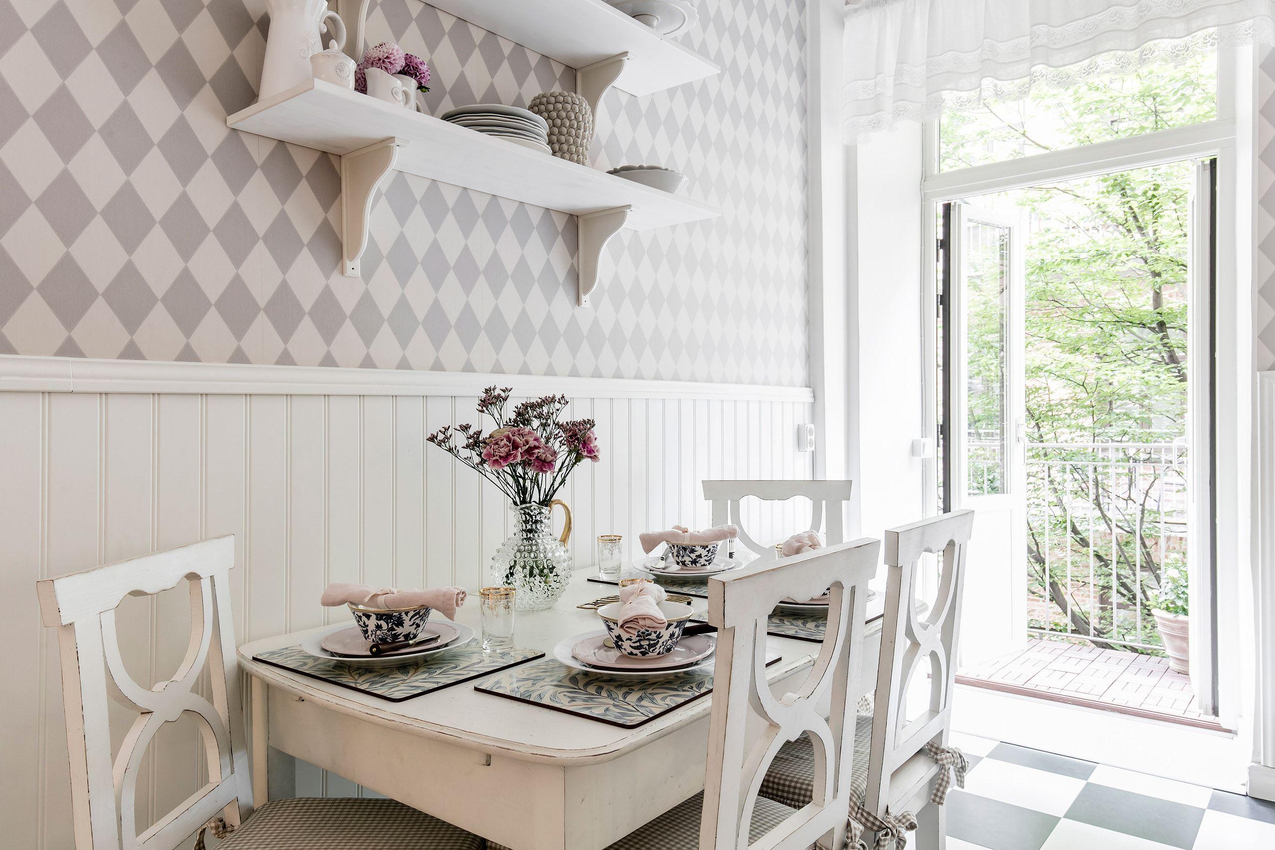 кухонный обеденный стол стулья стеновые панели выход на балкон