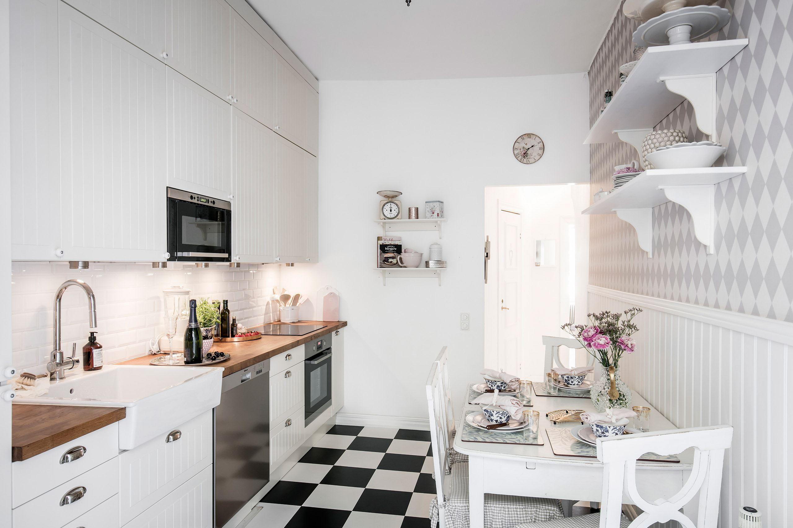 кухня белые фасады стеновые панели обои стол шахматная плитка